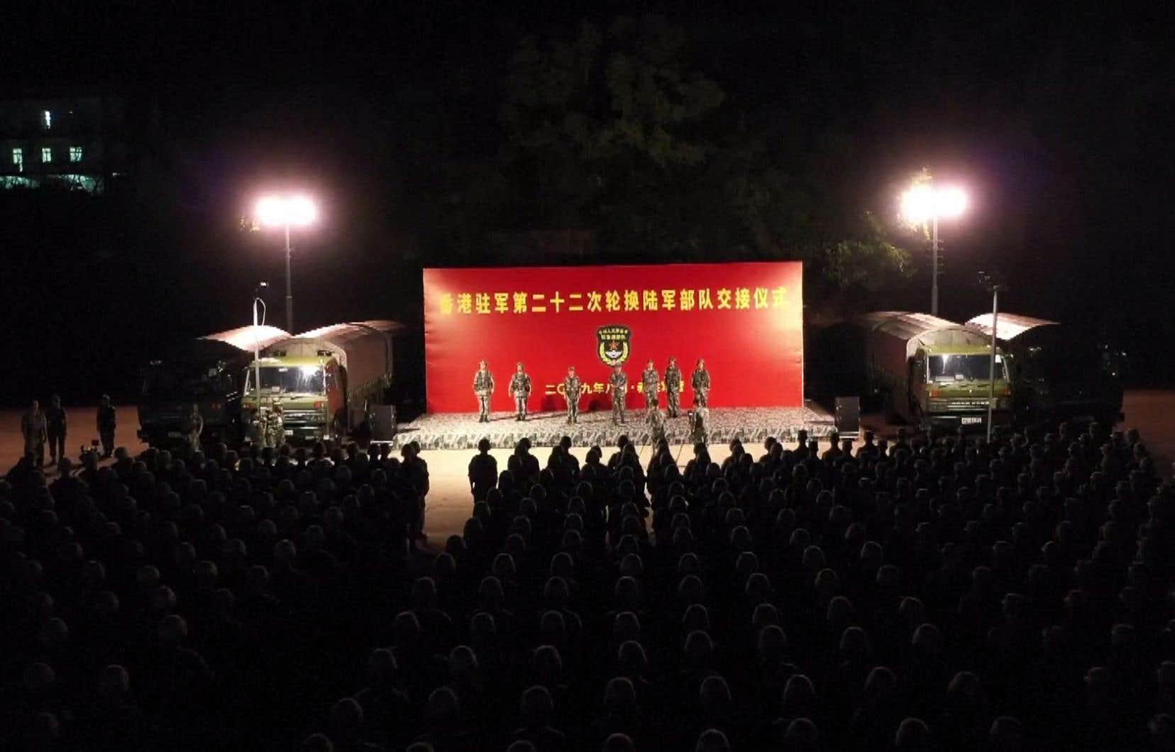 Des dizaines de camions et de blindés de transport de troupes ont traversé dans la nuit la frontière qui sépare la Chine continentale de Hong Kong, selon des images diffusées par la télévision publique chinoise CCTV.