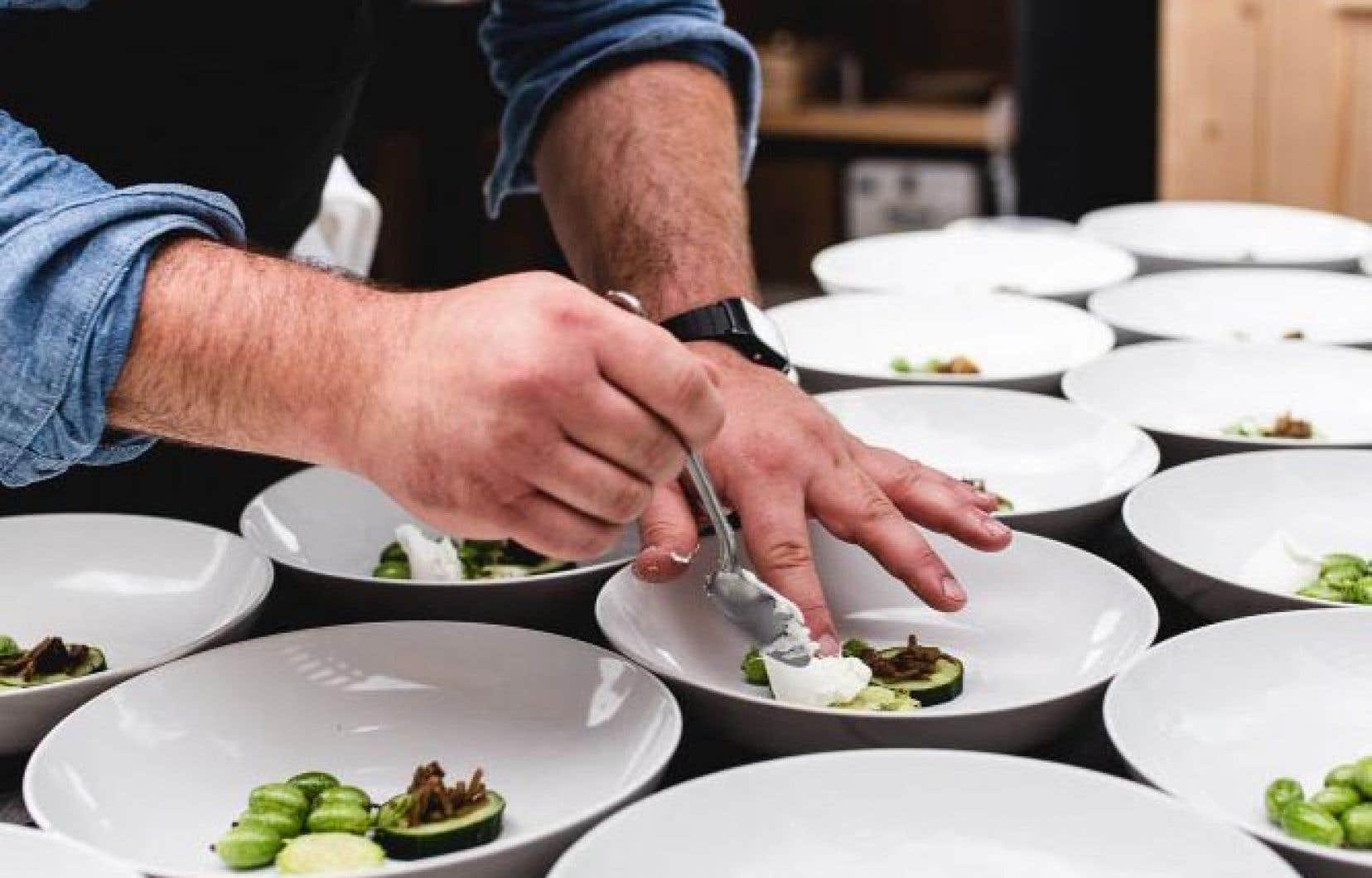 Simon Mathys prépare le plat aux trois concombres.