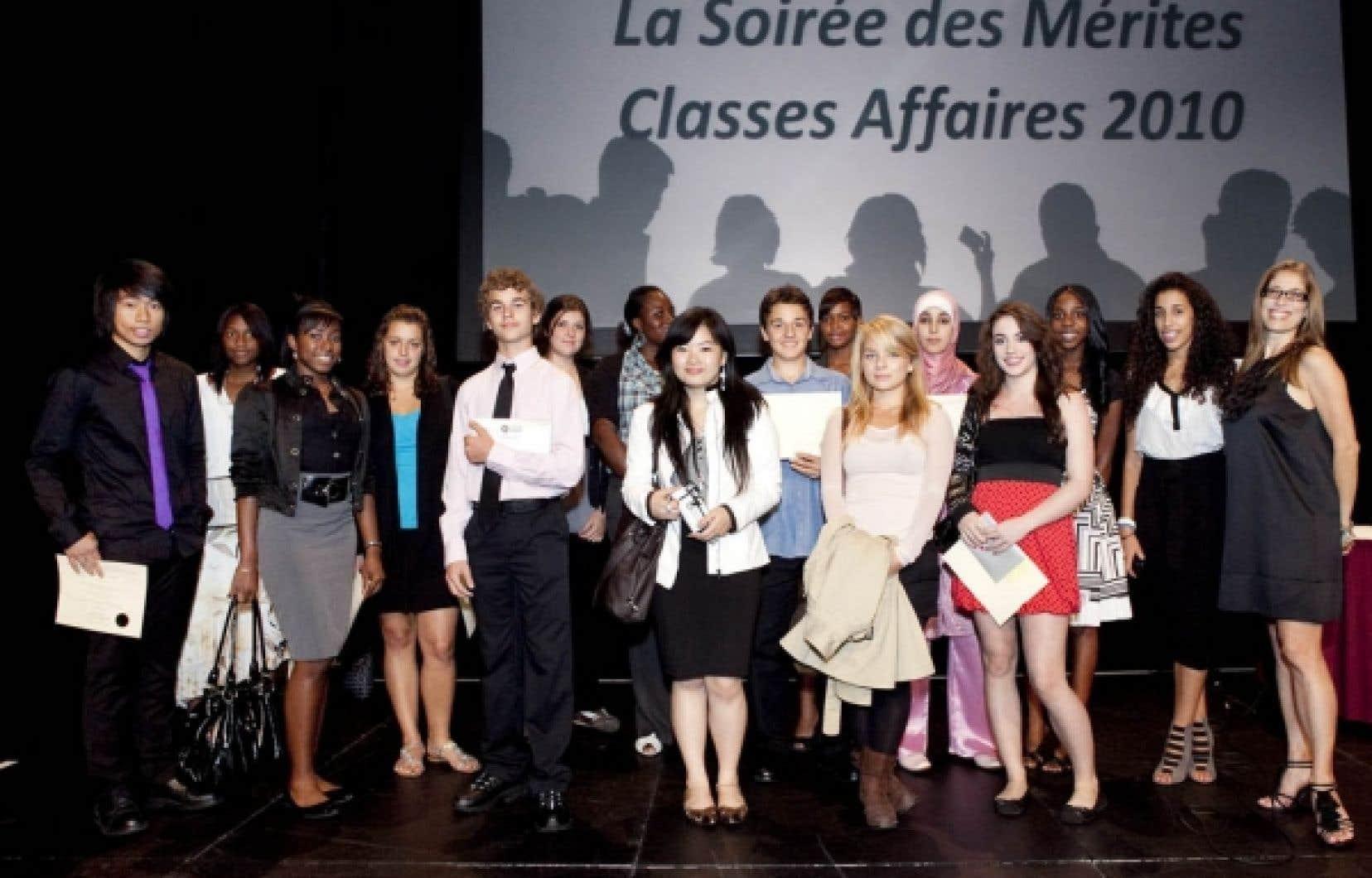 À l'aube du dixième anniversaire de son programme d'exploration de carrières Classes Affaires, MR3 Montréal Relève, organisme créé par la Chambre de commerce du Montréal métropolitain et la Ville de Montréal, a récompensé 805 adolescents au cours de la soirée des Mérites classes affaires Desjardins 2010 qui a eu lieu hier au Palais des congrès de Montréal. La cérémonie, qui a réuni plus de 2500 personnes, visait à reconnaître le mérite de ces jeunes de 14 à 17 ans qui ont accompli avec succès un stage de 35 heures dans une organisation partenaire durant l'été.<br />