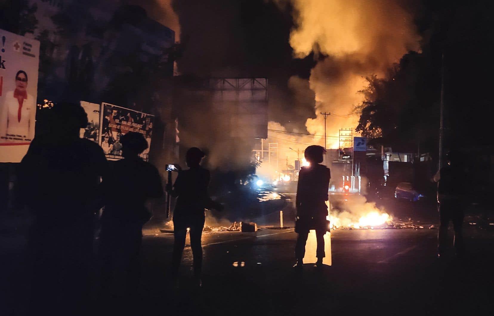 Plusieurs centaines de manifestants se sont rassemblés dans la ville de Jayapura, et certains ont mis le feu à une assemblée régionale et ont lancé des pierres sur des commerces et des hôtels.