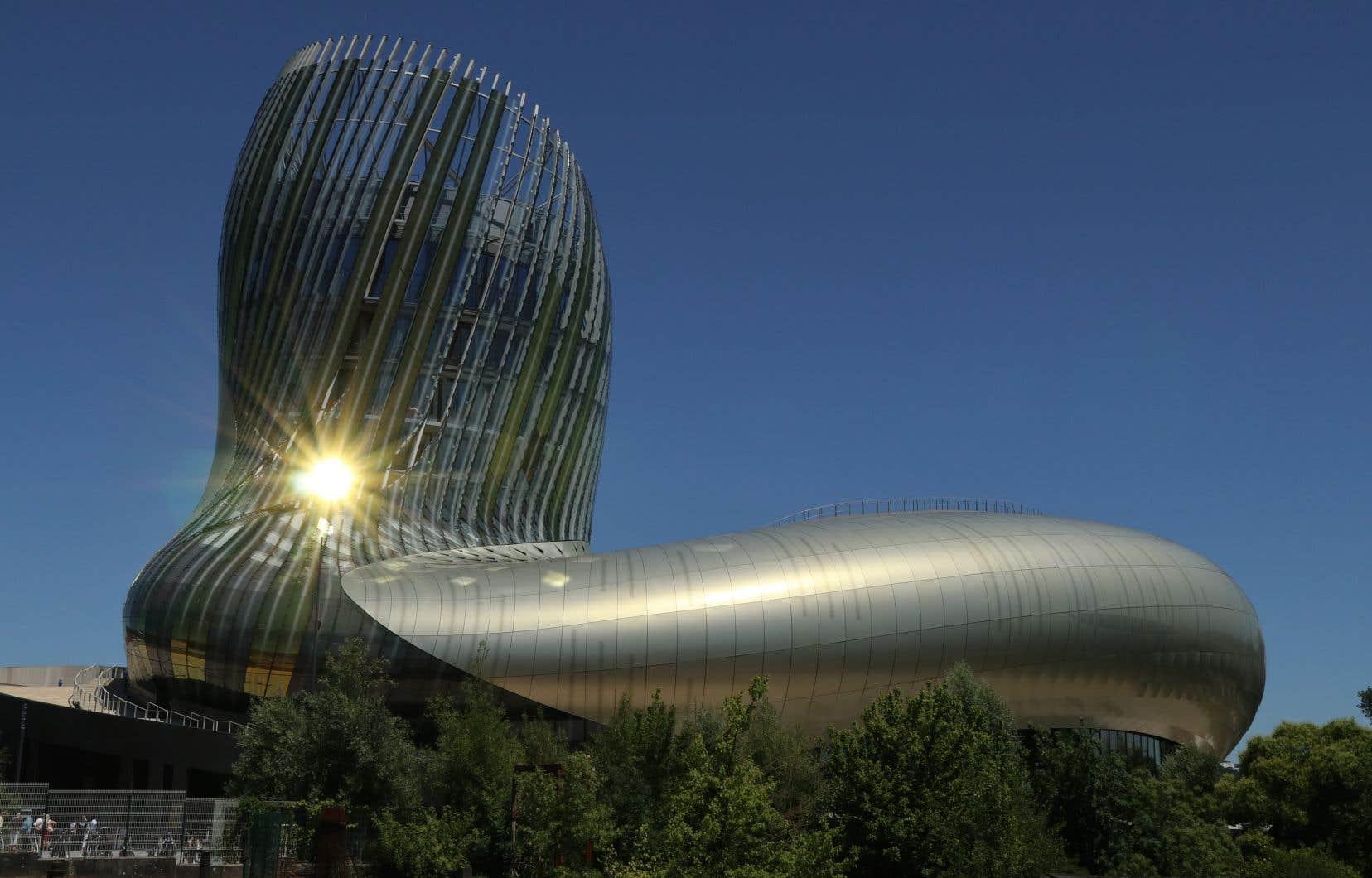La Cité du vin. Inauguré il y a trois ans, ce splendide établissement muséal en forme de cep noueux est devenu le plus grand musée du monde consacré au vin.