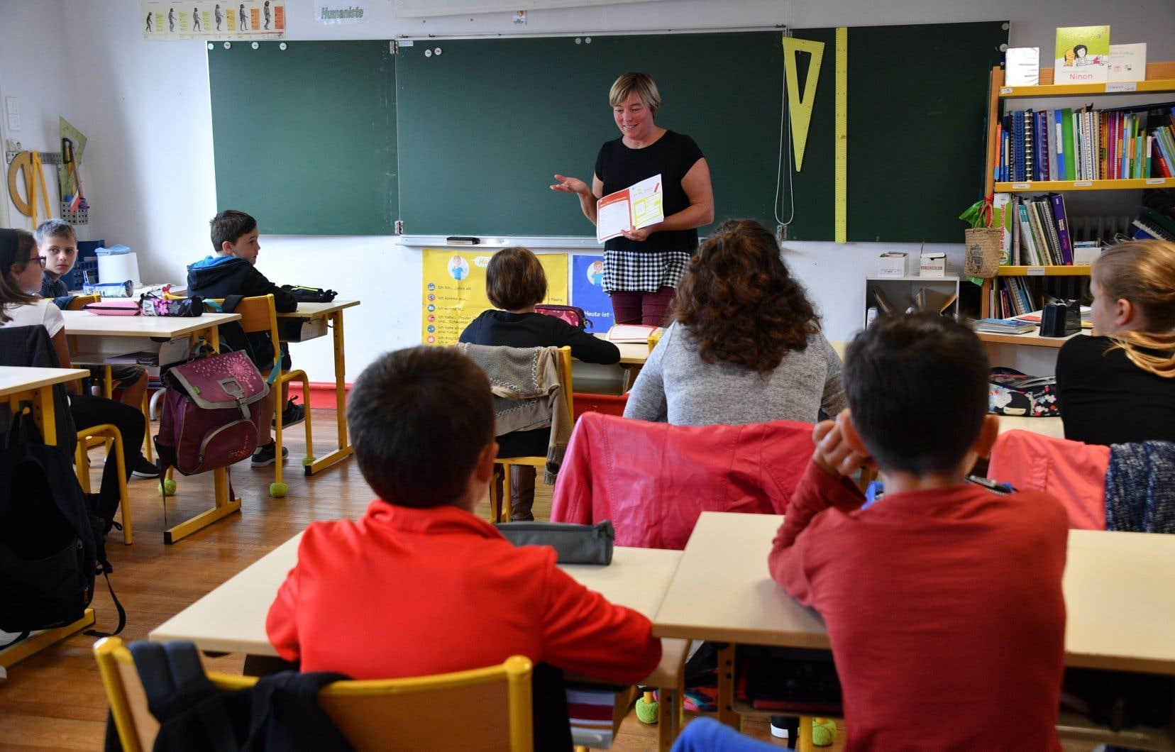 «Les enseignantes et les enseignants ont le droit d'accomplir leur mission sans appréhender qu'on les cible sur la base de leur apparence. Quel climat sommes-nous en train de créer dans nos écoles?», demandent les auteurs.