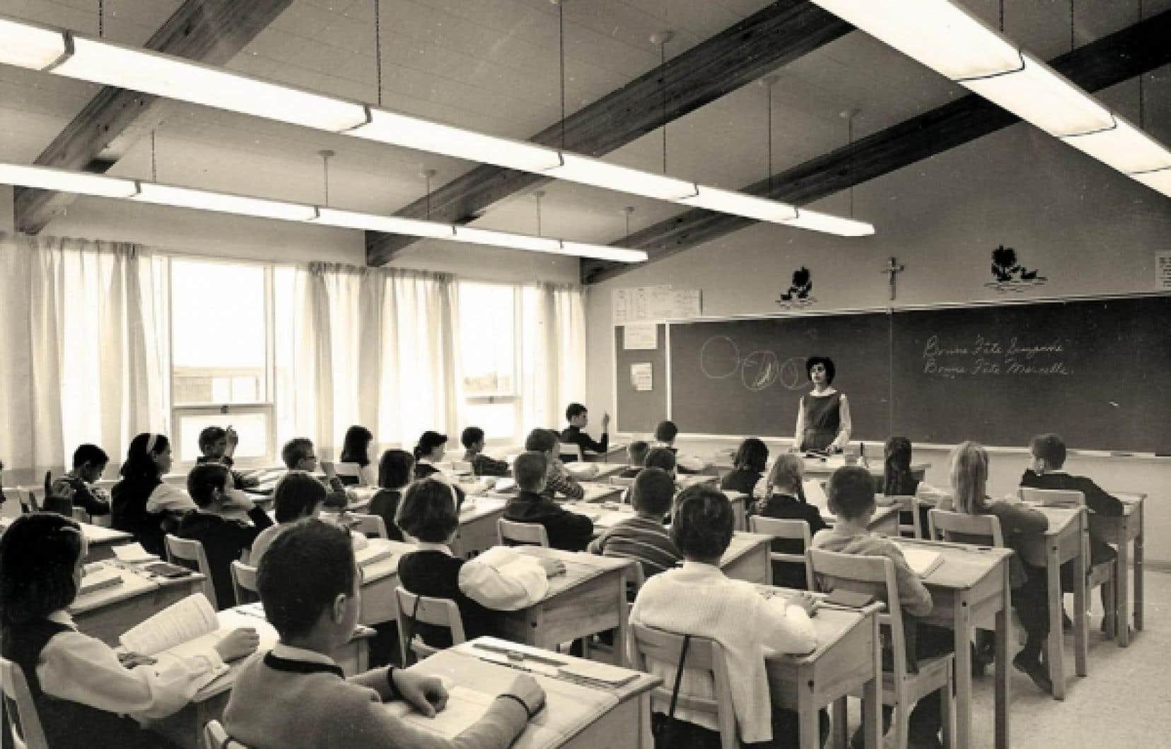 Une salle de cours primaire &agrave; l&#39;&eacute;cole &eacute;l&eacute;mentaire Vanier, &agrave; Chicoutimi, en d&eacute;cembre 1964.<br />