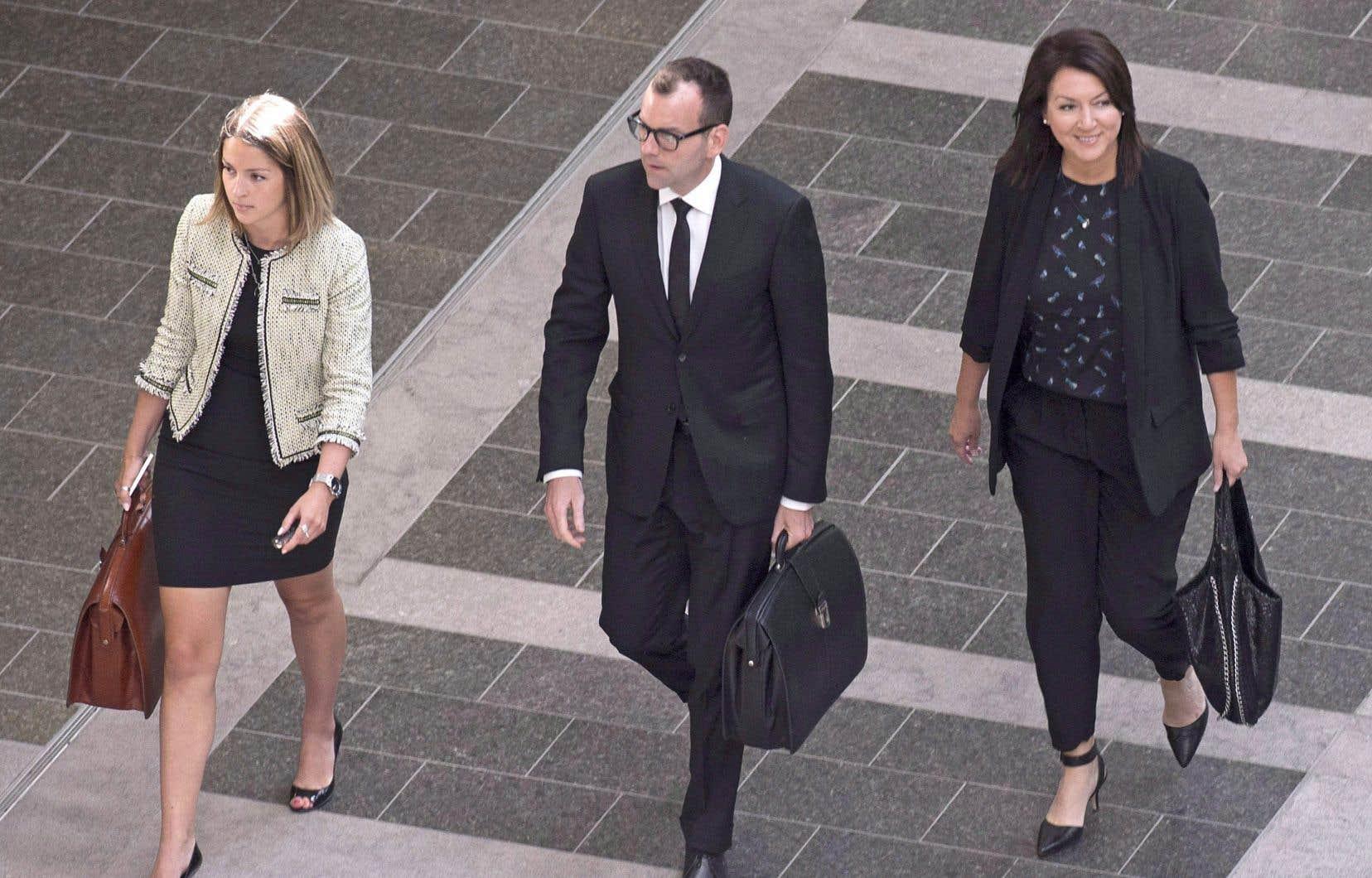 L'ancienne élue libérale Nathalie Normandeau (à droite) en compagnie de ses avocats au palais de justice de Québec, en août 2016.