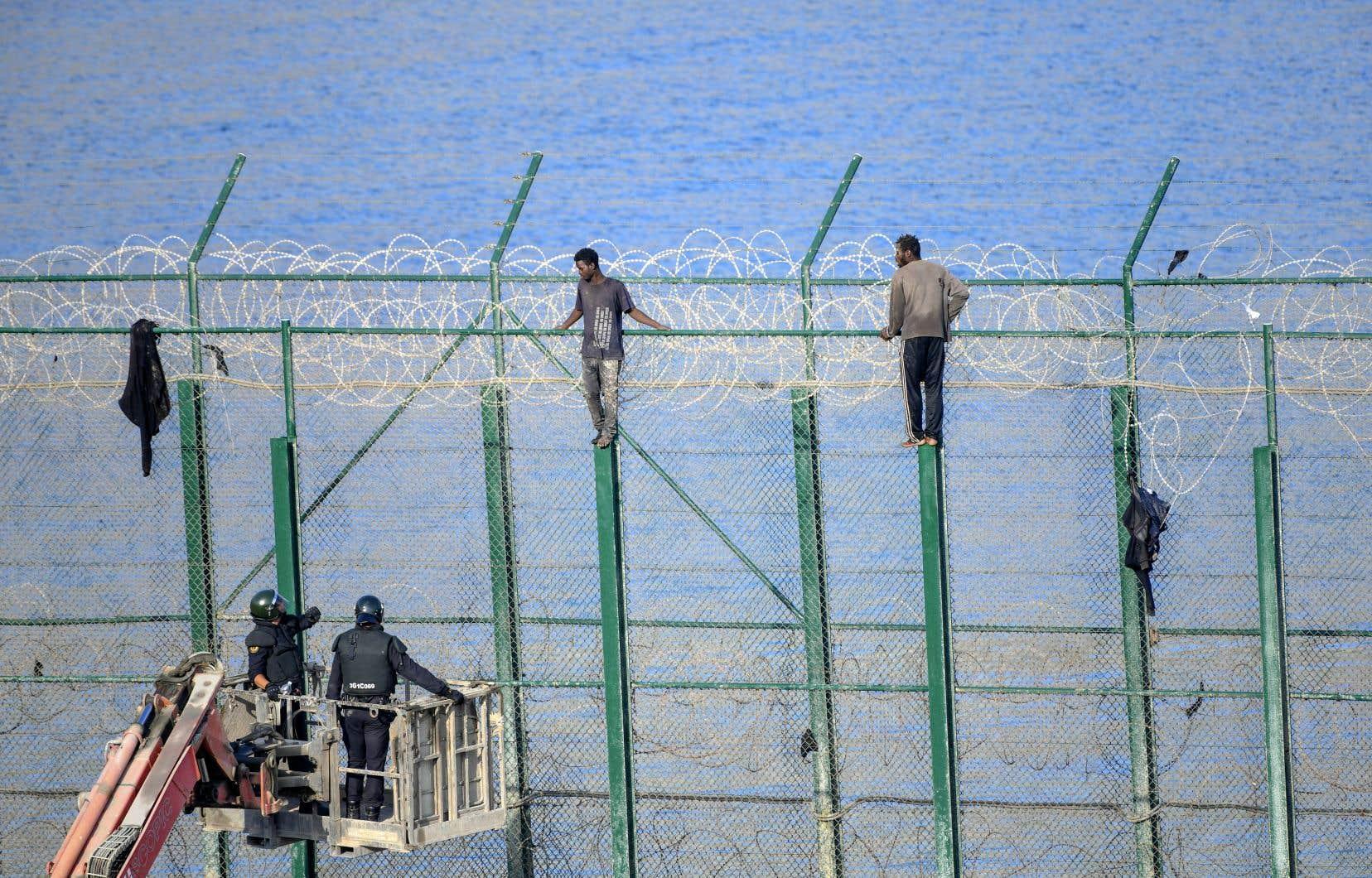 La ville espagnole de Ceuta se trouve à la frontière avec le Maroc. Des migrants d'Afrique subsaharienne ont escaladé la clôture à la frontière des territoires.