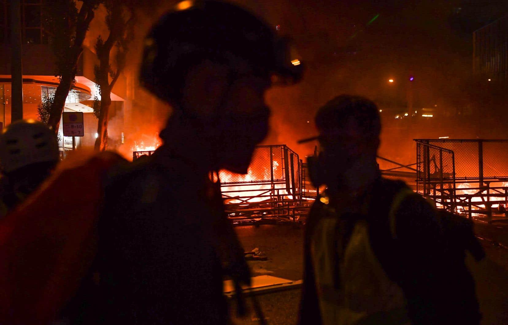 Des manifestants ont incendié une énorme barricade constituée de sièges arrachés sur les gradins d'un terrain de sport.