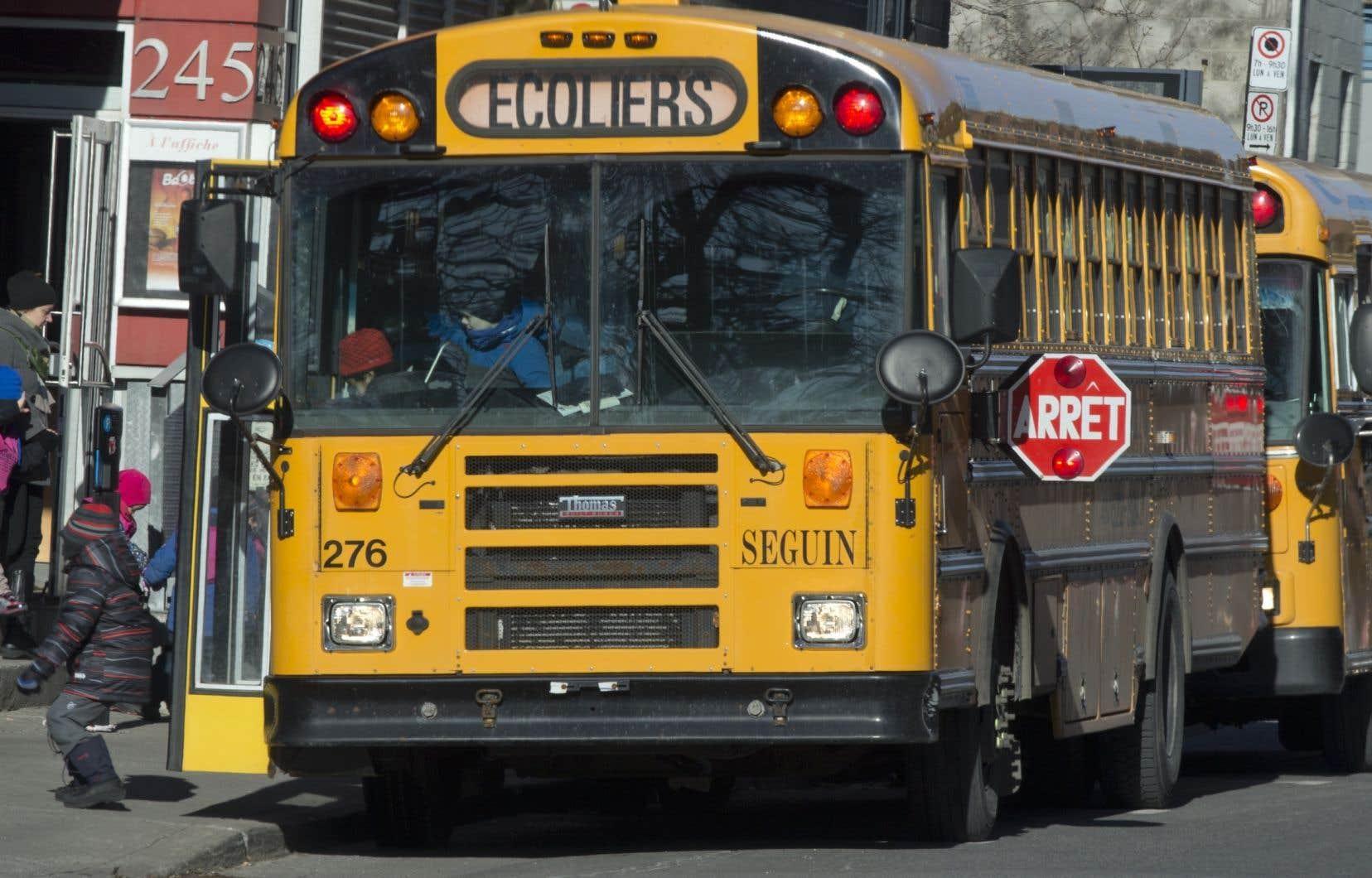 Un cycliste doit dorénavant, comme tout conducteur de véhicule routier, s'immobiliser à plus de 5 mètres d'un autobus scolaire dont les deux feux rouges clignotants sont activés ou le panneau d'arrêt obligatoire.