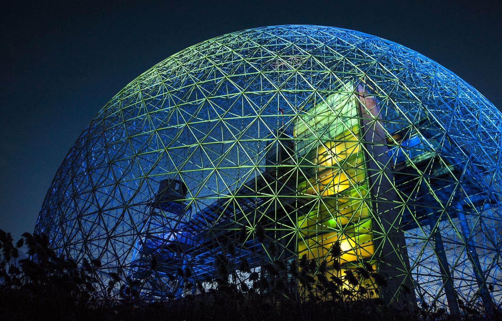 La Biosphère, à Montréal, utilise un système à boucle ouverte depuis 1995. L'eau pompée, dont la température varie de 9 à 13 degrés Celsius, est puisée à environ 90 mètres sous terre.