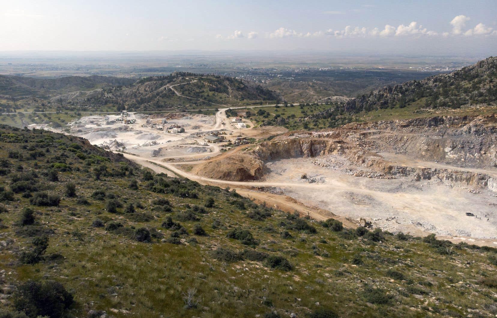 Le pan de montagne près de Degirmenlik, au cœur de l'autoproclamée République turque de Chypre du Nord, apparaît rongé à vif.