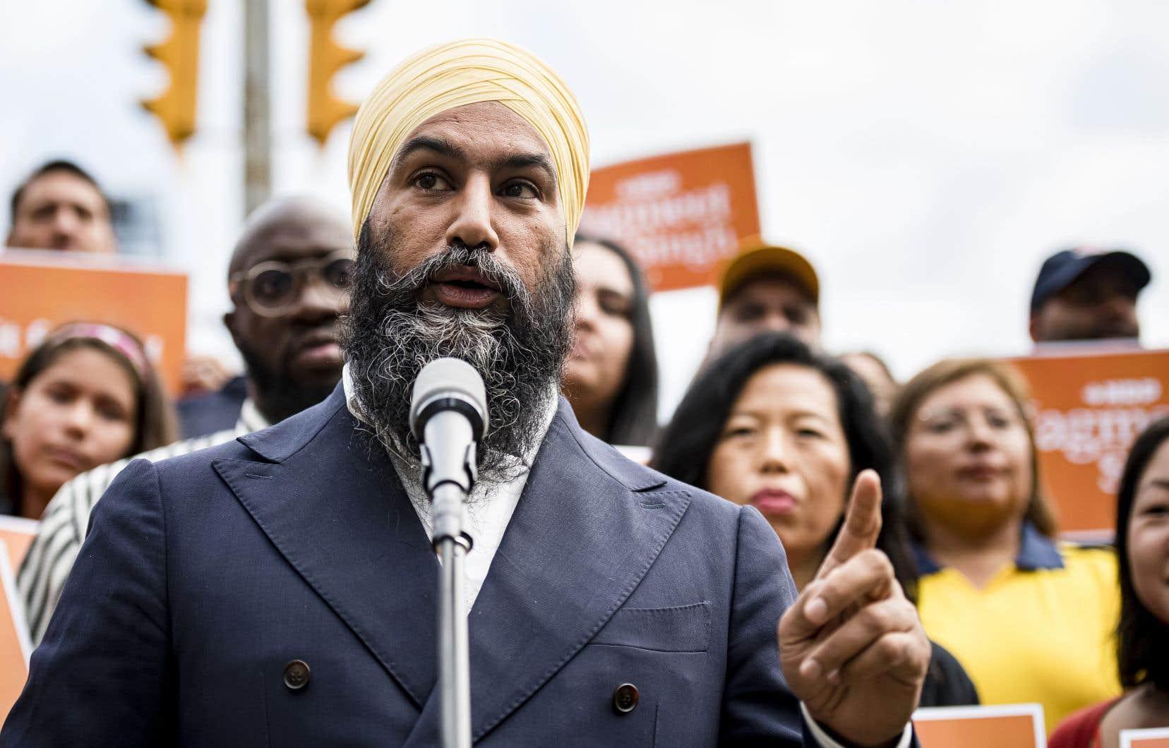Le chef du NPD, Jagmeet Singh, s'est adressé aux médias en compagnie de militants néodémocrates, lundi à Toronto.