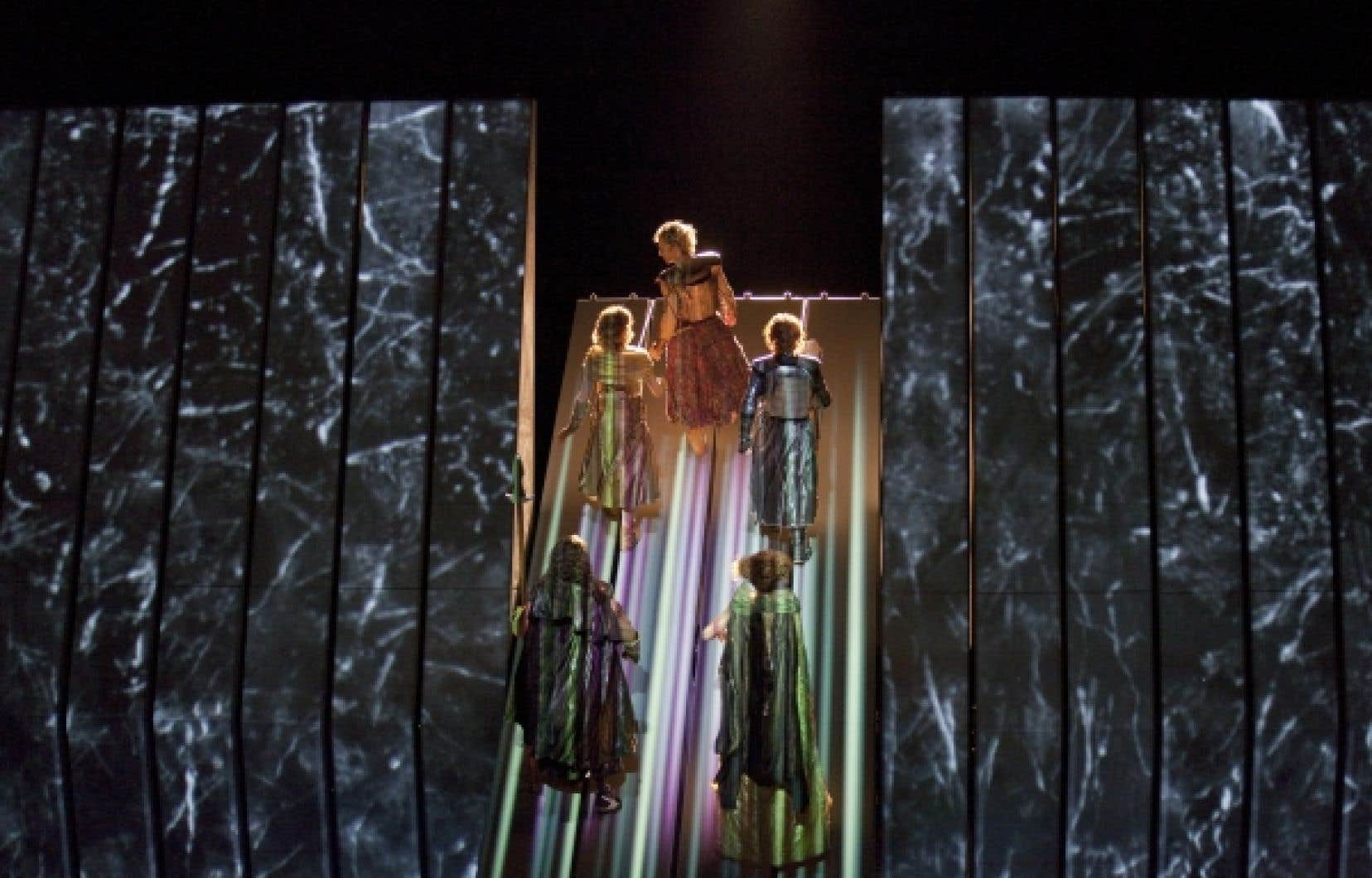 Un dispositif scénique unique nourrira le spectacle. Il est composé de pales de 29 pieds tournant autour d'un axe, lui même susceptible de bouger grâce à une machinerie complexe pour laquelle il a fallu renforcer la scène du Met.<br />