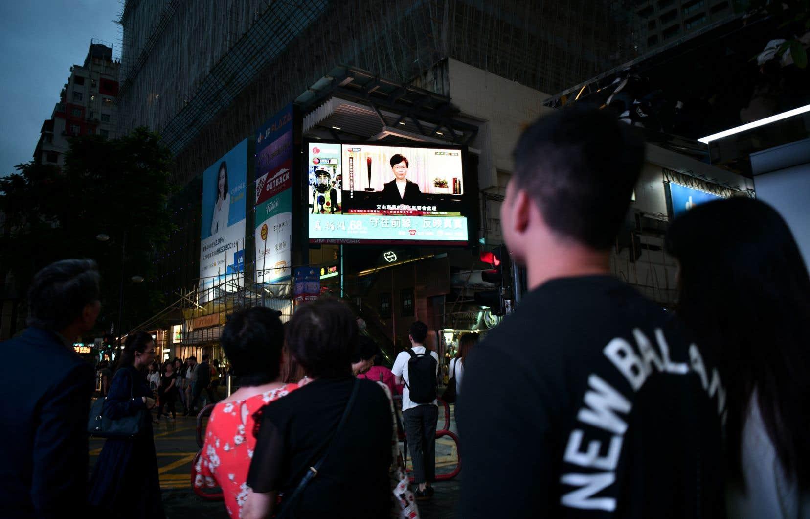 Dans une vidéo diffusée mercredi, Carie Lam s'est montrée un peu plus conciliante que d'ordinaire en annonçant que son «gouvernement [allait retirer] officiellement le projet de loi afin de complètement apaiser les inquiétudes de la population».