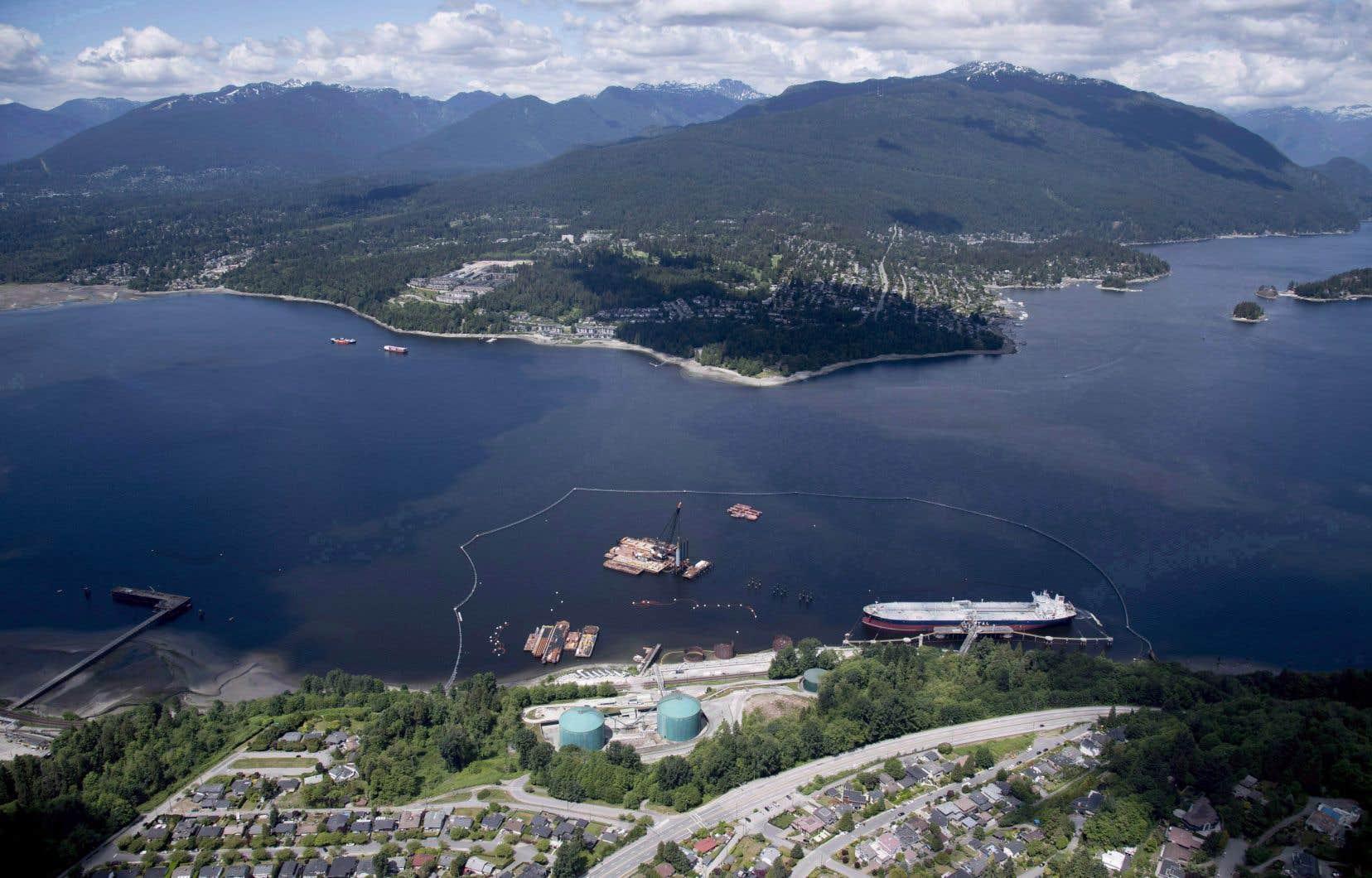 Vue aérienne du terminal de l'oléoduc Trans Mountain, en Colombie-Britannique. Des groupes autochtones accusent Ottawa d'avoir ignoré certains enjeux importants dans ses consultations pour le projet.