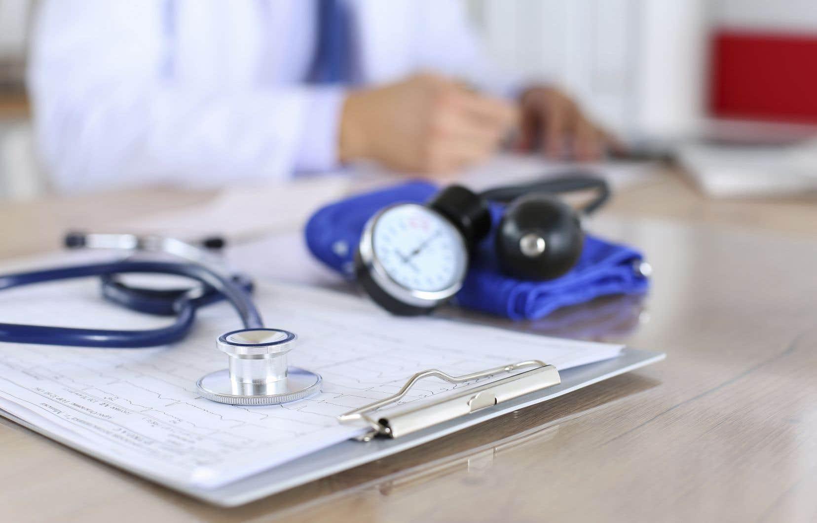 La rémunération annuelle des médecins de famille devrait s'établir dans une fourchette de 255959$ à 292419$, soutientAlain Dubuc, l'auteur du rapport.