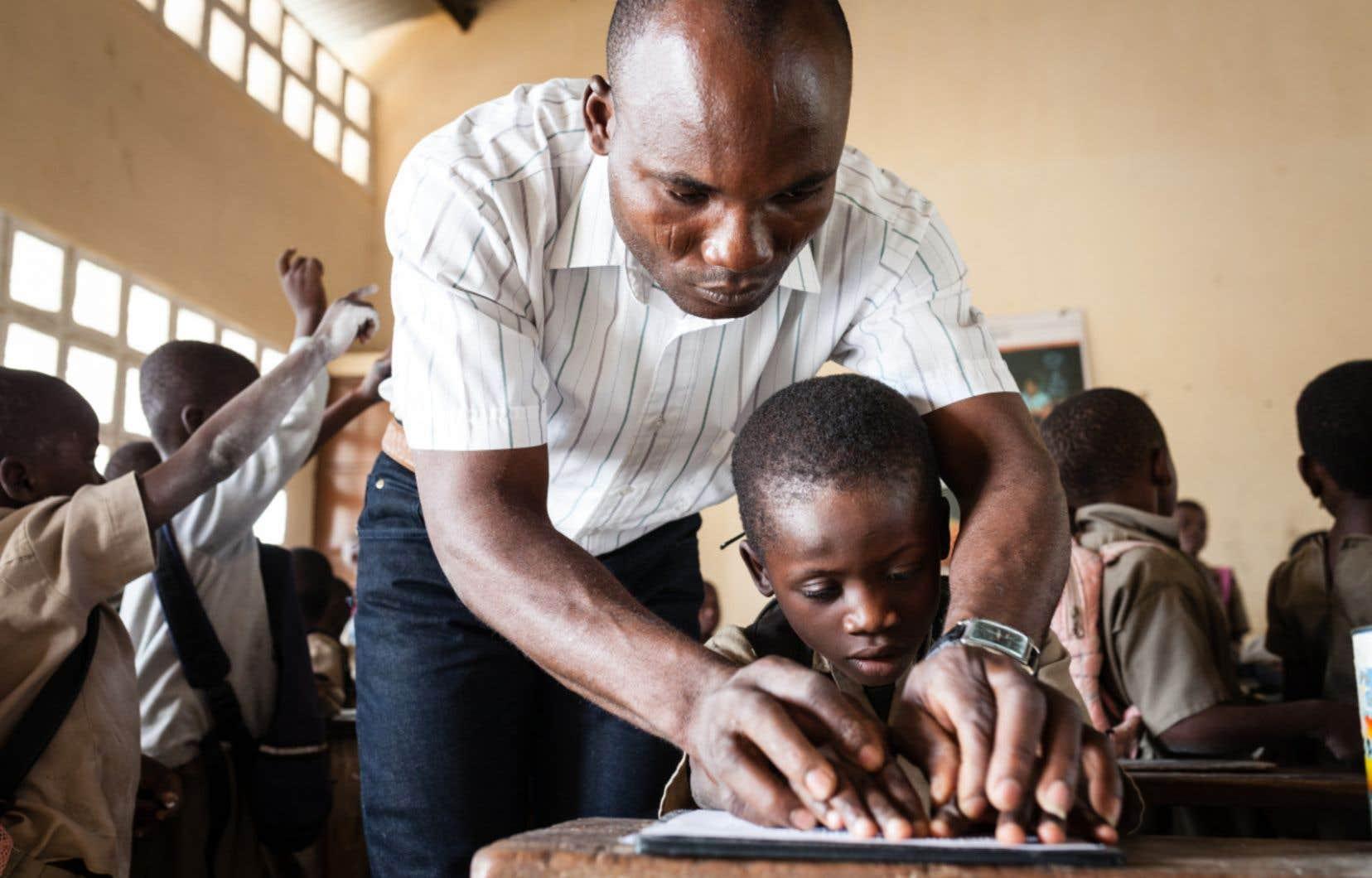 Tresor, un jeune Congolais de septans mal voyant, est intégré à l'école en milieu ordinaire. Il apprend le braille avec le soutien d'un enseignant itinérant.