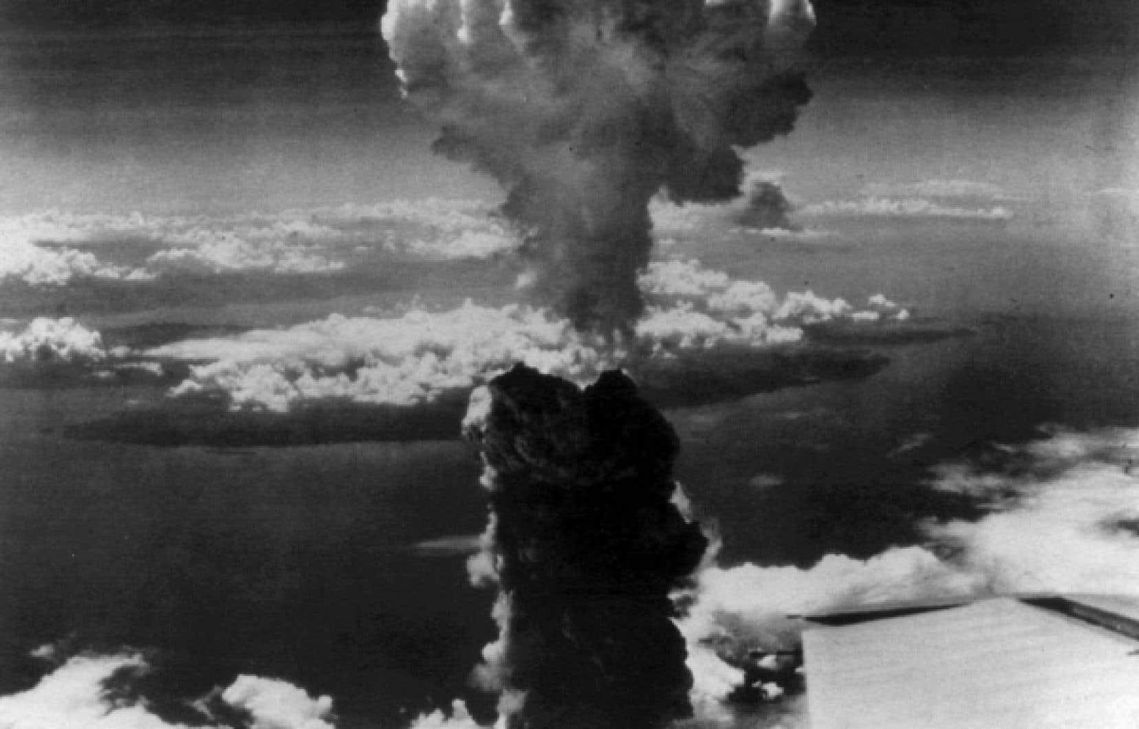L'explosion de la première bombe atomique sur le Japon soulève dans Le Devoir un commentaire maison intitulé «La bombe atomique: nouvelle arme des Alliés contre le Japon», rédigé par le journaliste Paul Sauriol, qui met en exergue «le problème moral que pose cette découverte».<br />