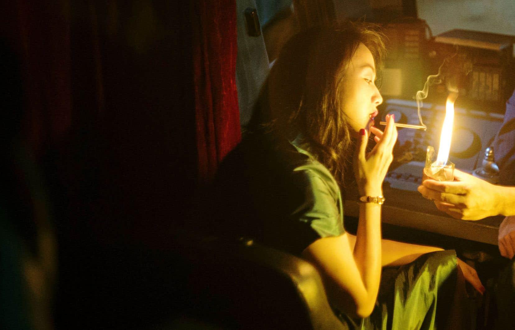 Le film baigne volontiers dans une lumière quasi surnaturelle et Bi Gan insuffle beauté et précision à chacun de ses plans.