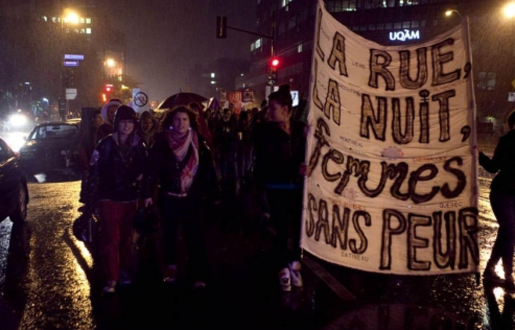 Des Montréalaises ont marché dans le noir pour dénoncer la violence faite aux femmes<br />