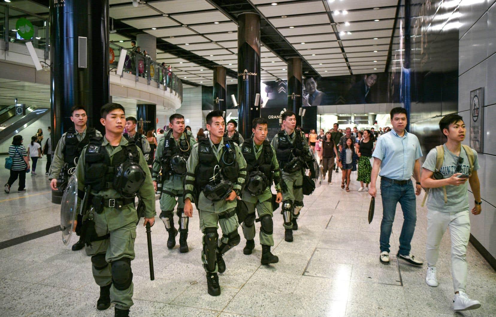 Des policiers ont aussi été déployés dans le métro afin que les manifestants ne perturbent pas le trafic autour de l'aéroport.
