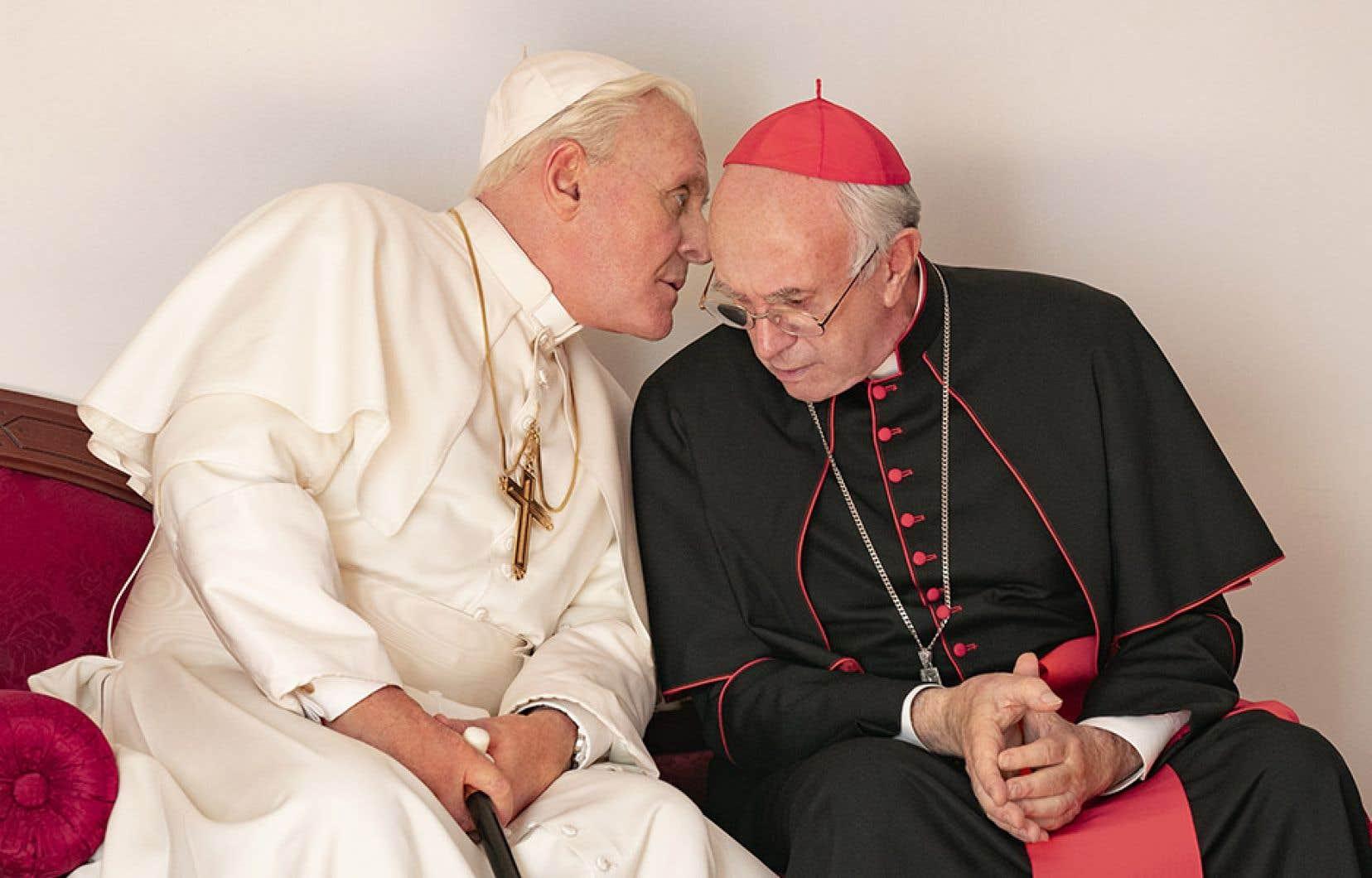 Dans des performances de haut calibre, Anthony Hopkins (à gauche) incarne Benoît XVI et Jonathan Pryce (à droite) se glisse dans la peau de François.