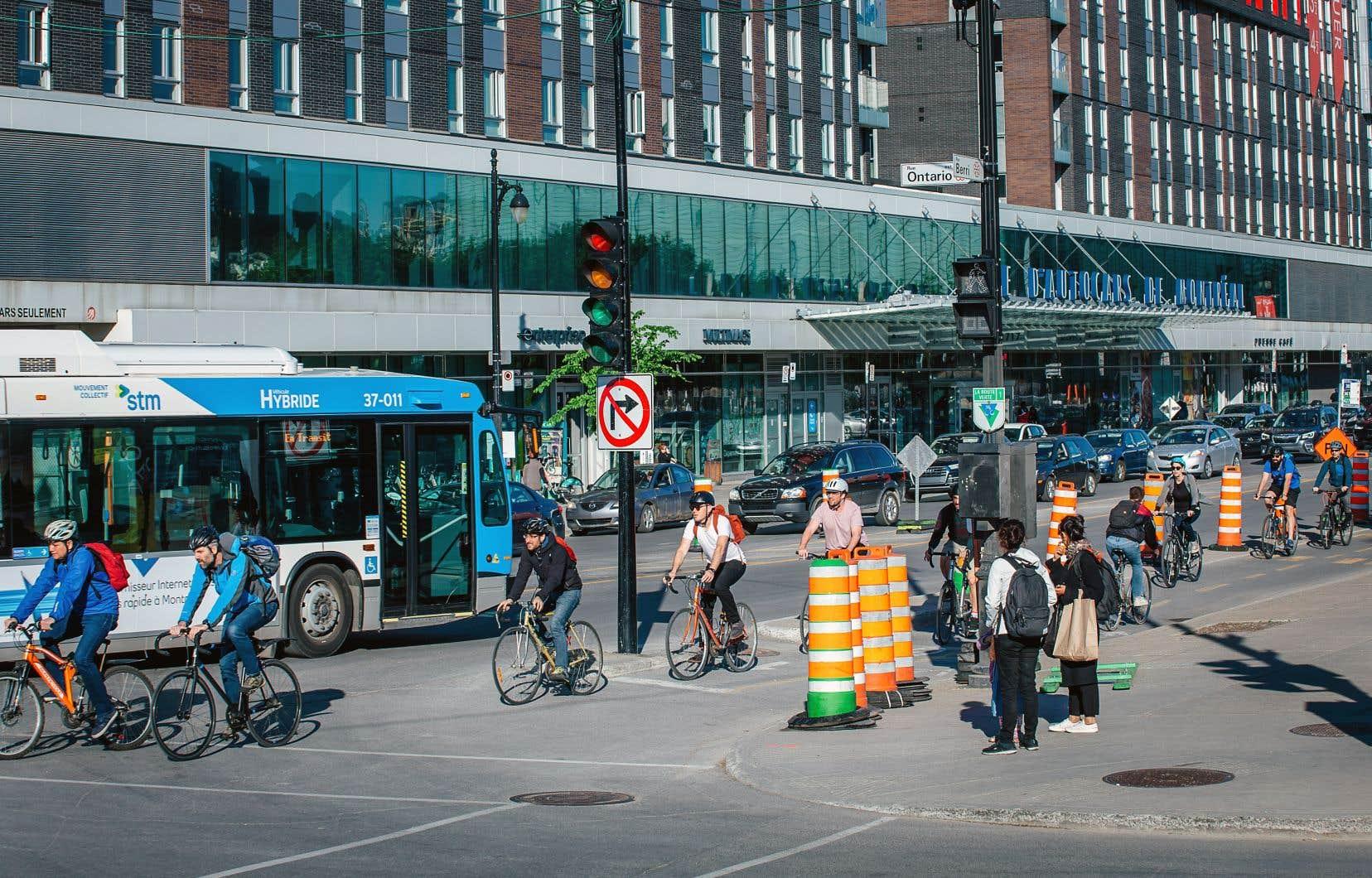 Les bénéfices des modes de transport collectif et actif pour se rendre au travail sont bien connus, rappelle Aline Berthe, présidente de l'Association des Centres de gestion des déplacements du Québec, citant tour à tour la réduction du stress, de l'irritabilité, de la fatigue et même du taux d'absentéisme des employés.