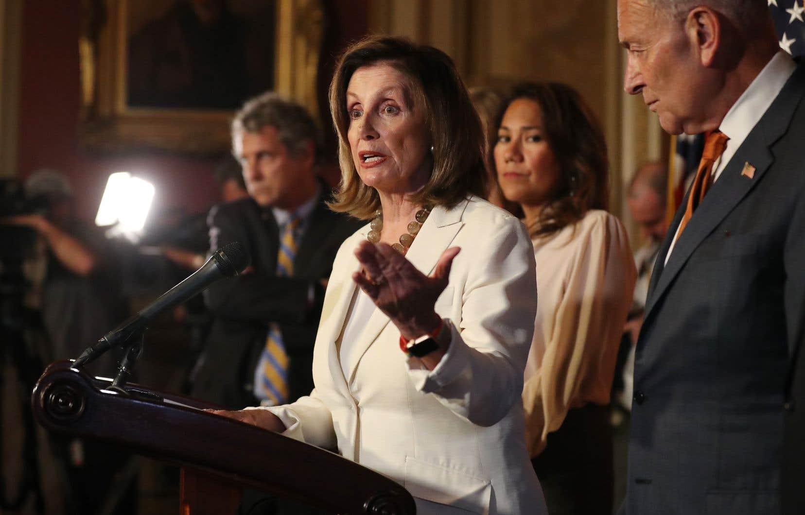 Nancy Pelosi, cheffe de la majorité démocrate à la Chambre des représentants, aux côtés de Chuck Schumer, chef de la minorité démocrate au Sénat, en point de presse à Washington lundi