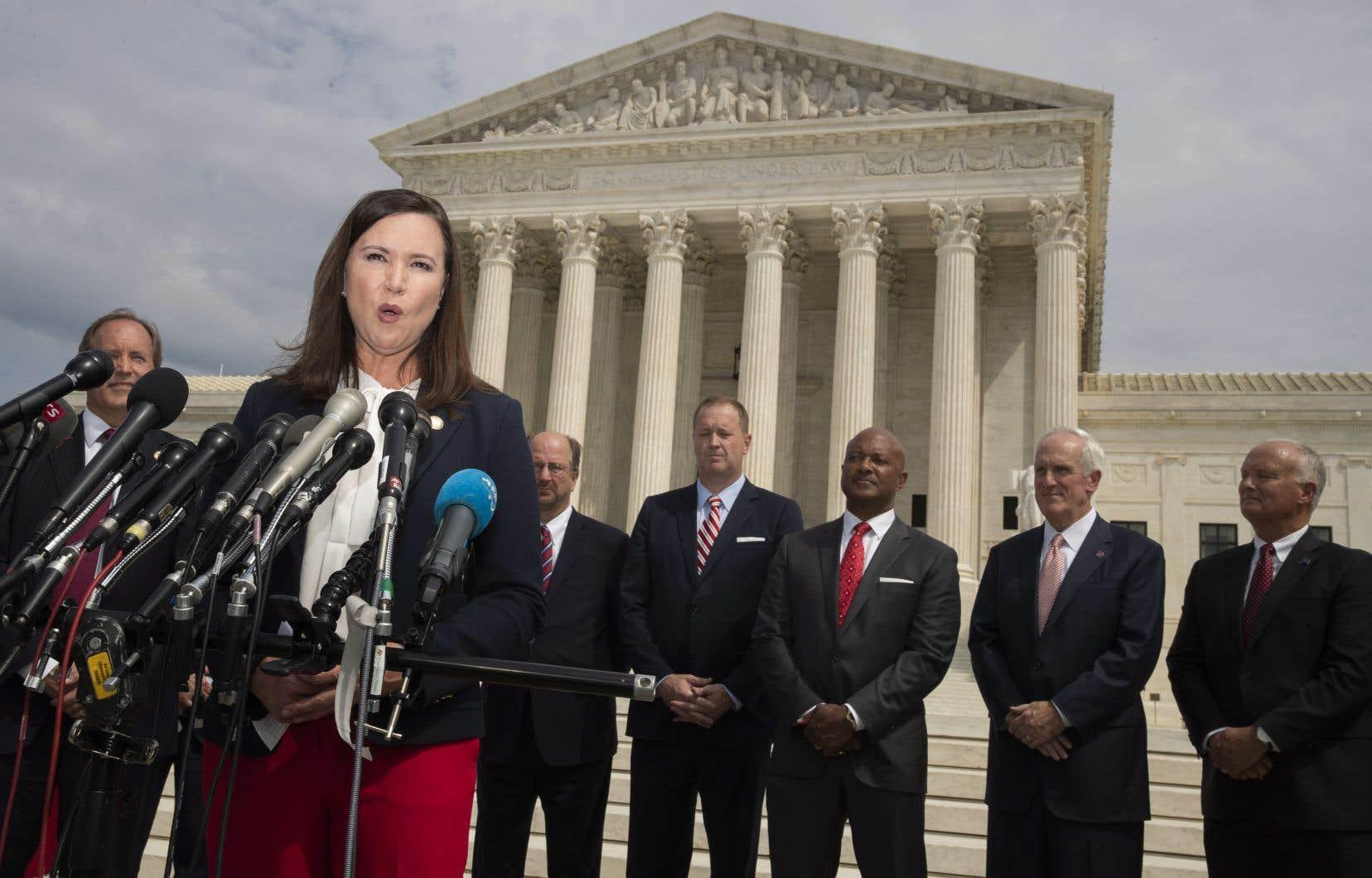 La procureure générale de la Floride, Ashley Moody, lors de l'annonce bipartisane de lundi sur le perron de la Cour suprême américaine.