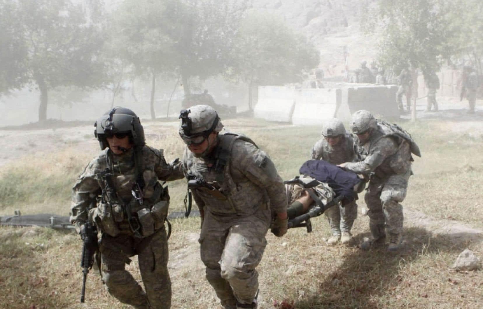 Des soldats américains ont évacué hier un des leurs après une attaque près de Kandahar.<br />