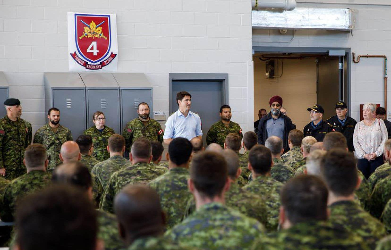Des centaines de militaires ont été déployés à Halifax, principalement pour aider à déplacer les arbres et les branches qui jonchent les routes, et pour rétablir les lignes électriques tombées.
