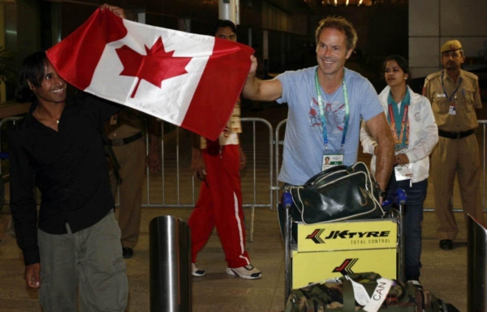 Le porte-drapeau Ken Pereira (à gauche) et un coéquipier arrivent tout sourire à New Delhi.<br />