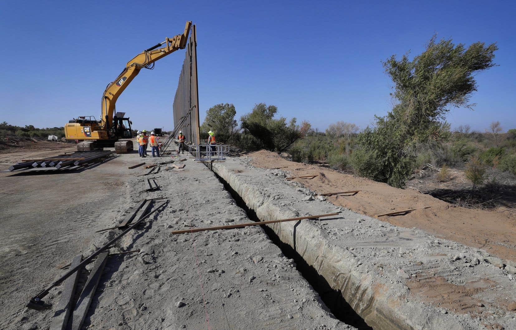 Une section du mur frontalier financé par le Pentagone est érigée le long de la rivière Colorado, le mardi 10 septembre 2019 à Yuma, en Arizona.