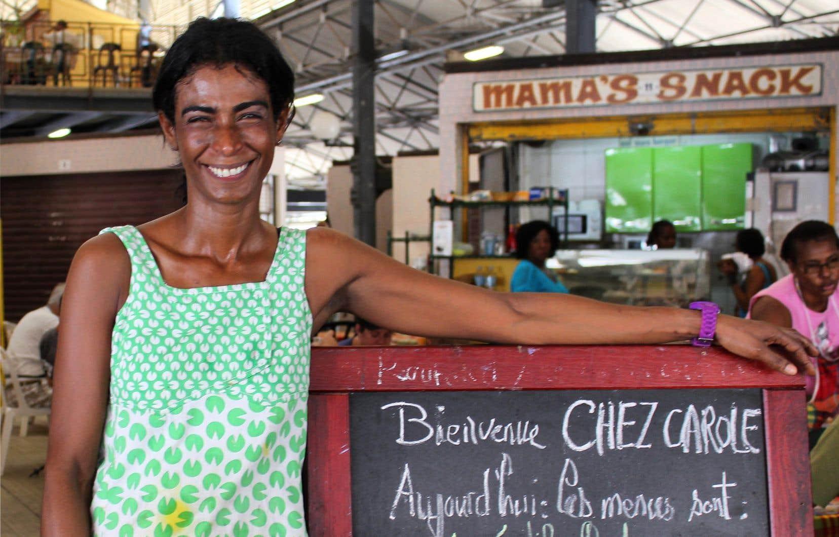 Au marché de Fort-de-France, Carole prépare de délicieux colombos, un plat en sauce typique de la cuisine martiniquaise.