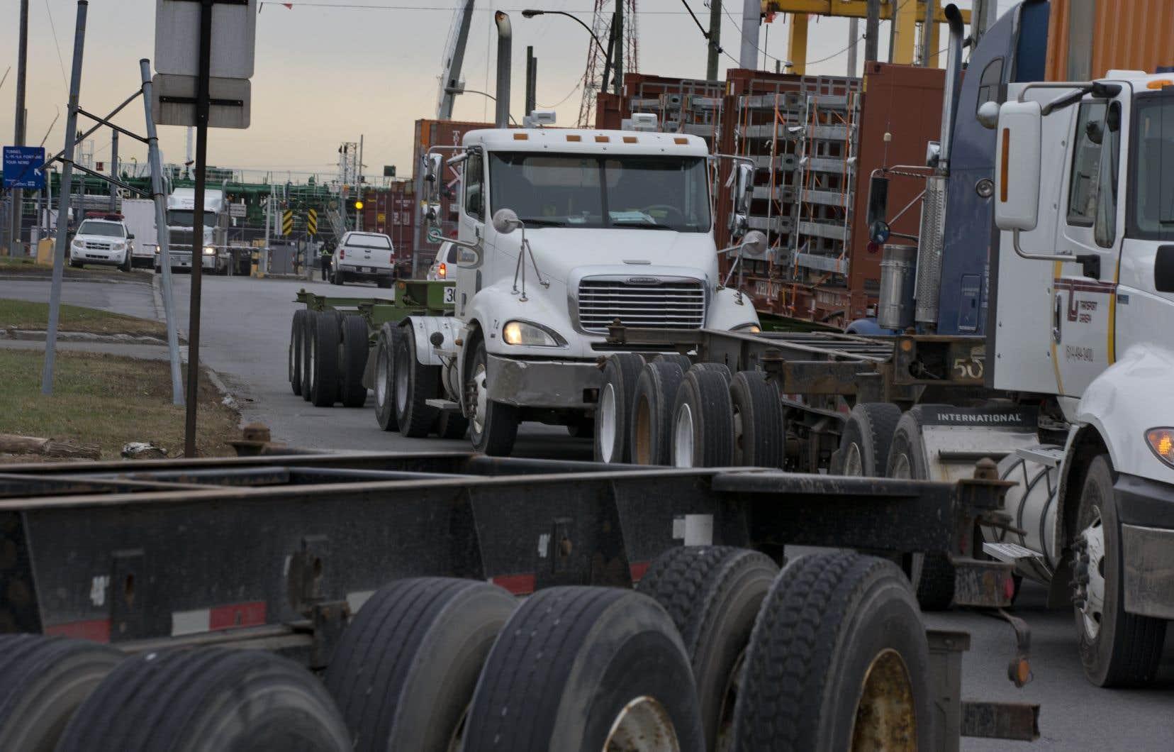 <p>Trois camionneurs de confession sikhe contestaientl'obligation imposée par leurs employeurs de porter un casque protecteur lorsqu'ils doivent se déplacer à l'extérieur de leurs camions sur le site des terminaux du Port de Montréal.</p>