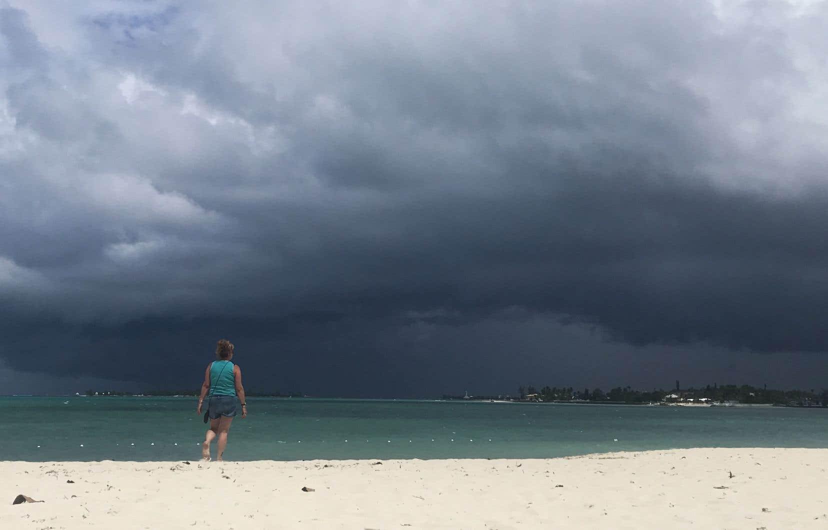 Avec des vents soufflant à 85km/h et des précipitations attendues de 15 centimètres au maximum, la tempête Humberto semble moins dangereuse que Dorian. Mais elle pourrait mettre à terre les bâtiments déjà fragilisés et perturber la distribution de l'aide.