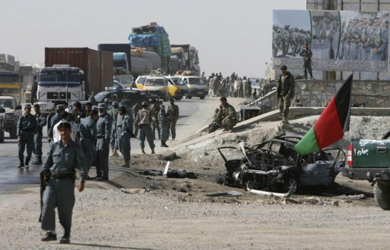 Les hostilités se poursuivent en Afghanistan. Hier, le gouverneur de la province de Ghazni a été tué par un kamikaze.<br />