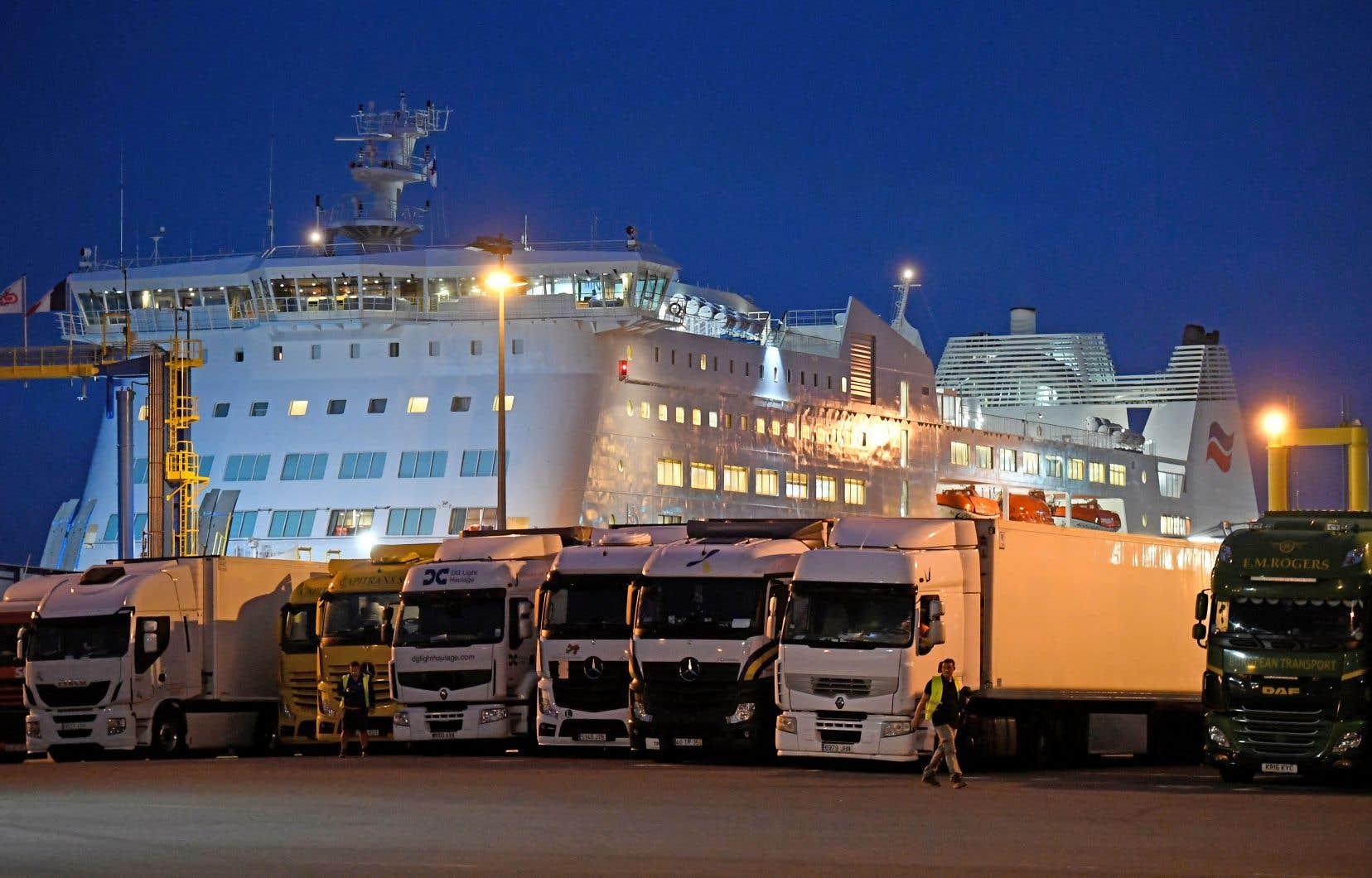 Les traversiers de Calais et de Dunkerque transportent environ quatre millions de poids lourds par année entre le Royaume-Uni et la France.