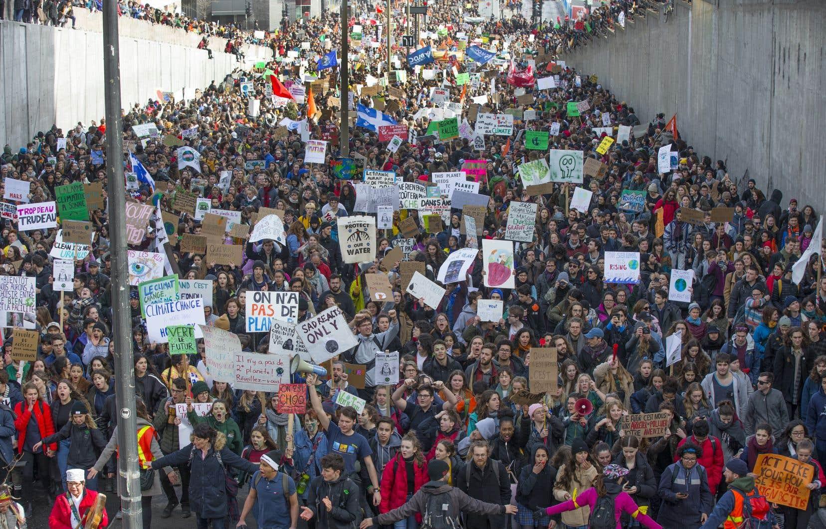 Québec solidaire proposé de libérer les élus de leurs obligations pour leur permettre de participer à la grande marche pour le climat, tenue dans les rues de Montréal et ailleurs au Québec.Sur la photo, la marche des jeunes pour le climat de mars dernier