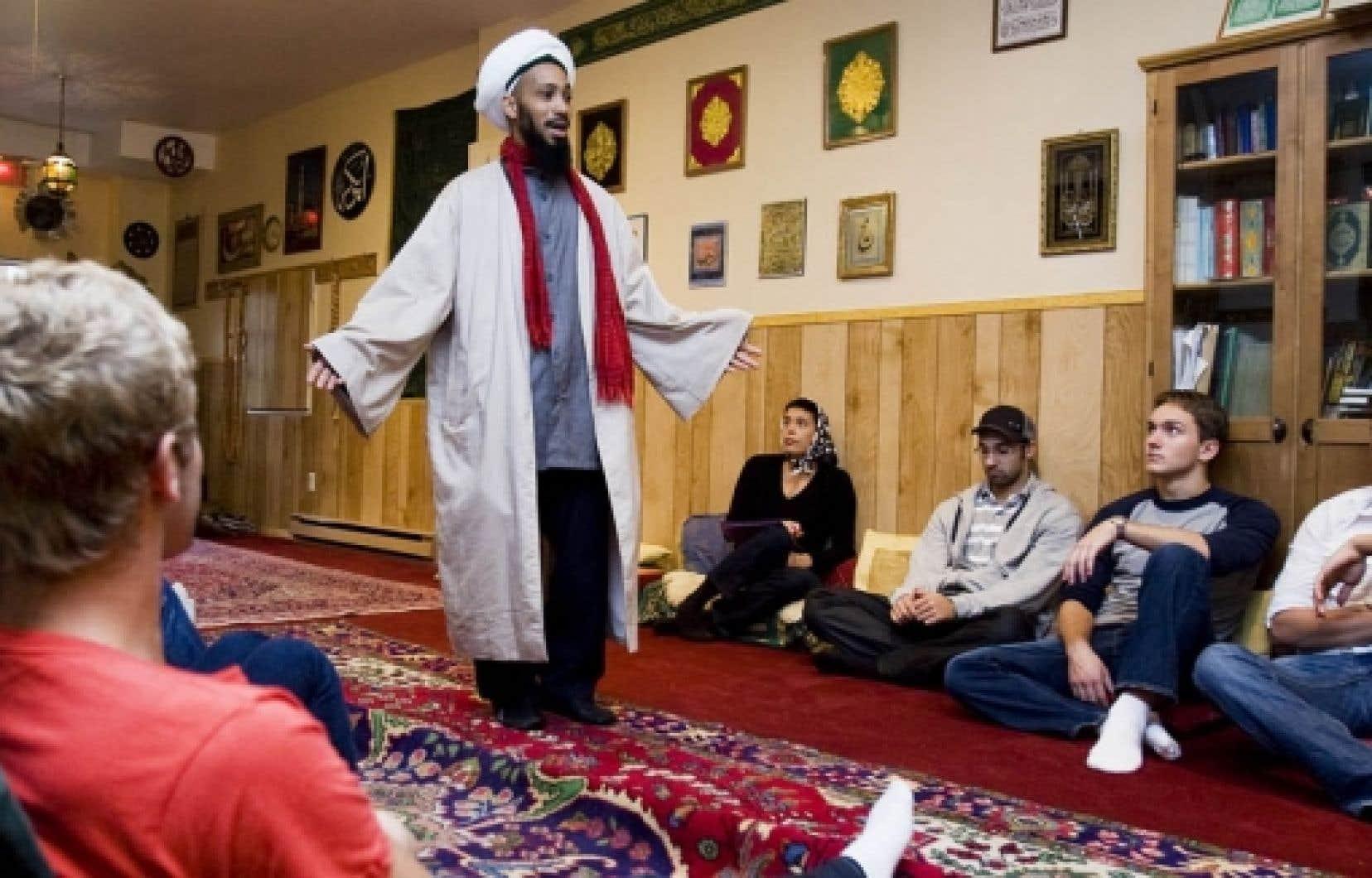 L'imam Omar Koné a reçu des étudiants en techniques policières du cégep Maisonneuve dans sa mosquée Al-Imam, à Montréal.<br />