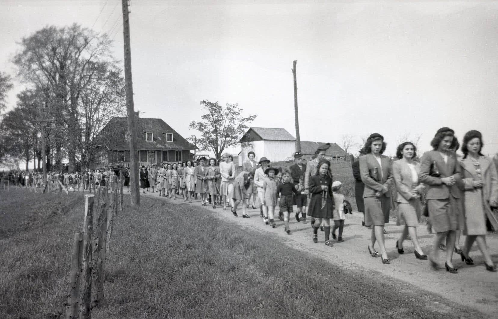 Des processions religieuses se sont longtemps arrêtées devant la maison tricentenaire Pasquier, comme en témoignent des photographies anciennes comme celle-ci, croquée dans les années 1940.