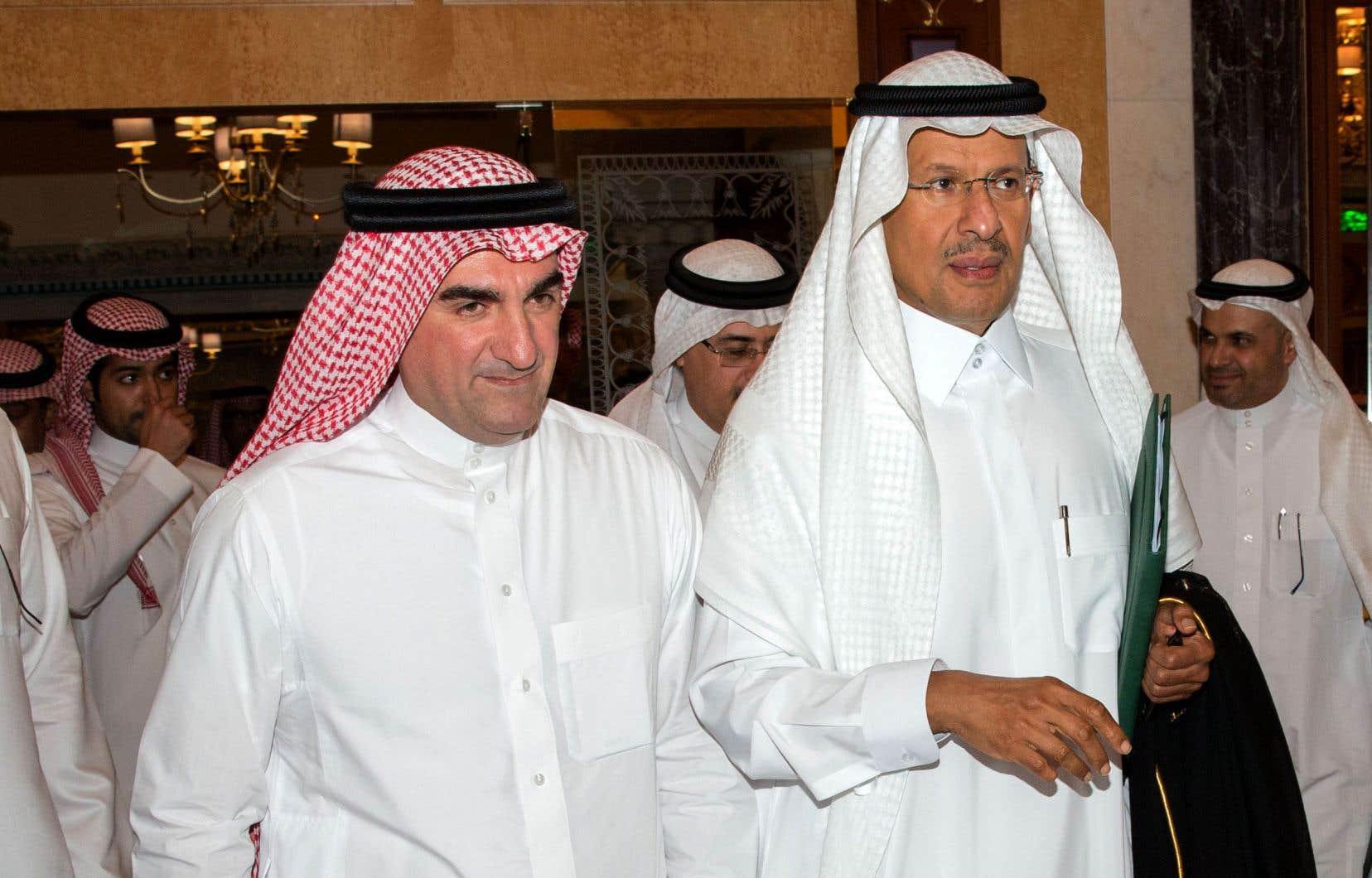 Le ministre saoudien de l'Énergie, le prince Abdel Aziz ben Salmane (à droite), a assuré mardi à Djeddah que la production pétrolière de son pays sera rétablie fin septembre.