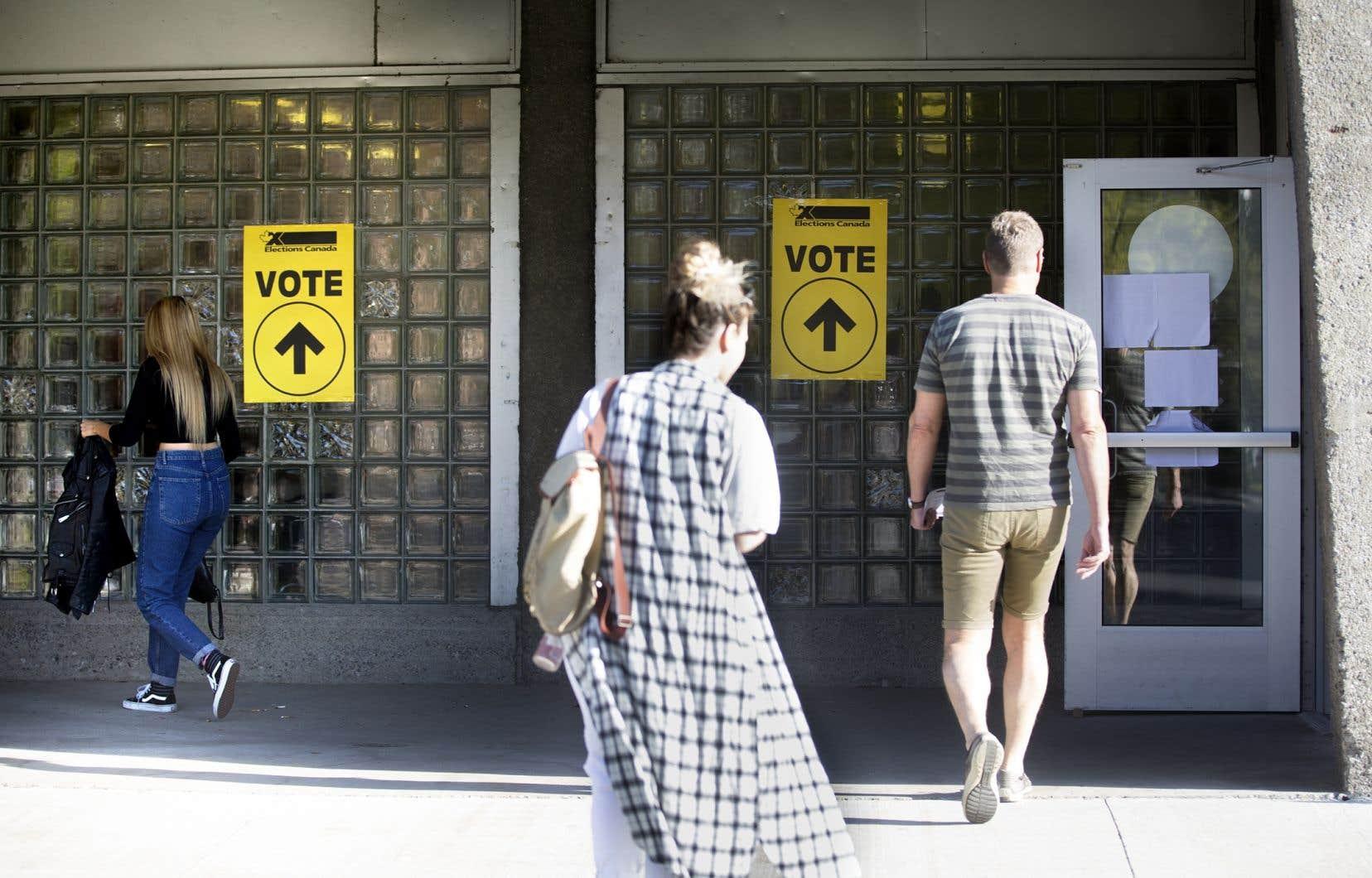 Chez les électeurs québécois, les libéraux sont fortement en avance à 36 % d'appuis, devant le Bloc québécois à 22 % et les conservateurs à 21 %.