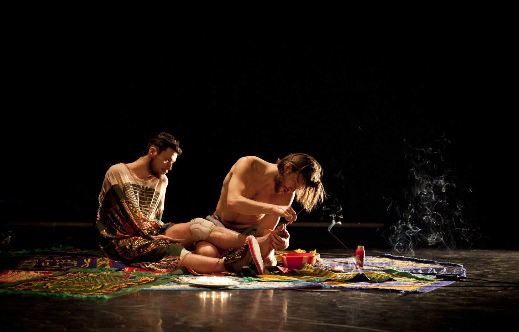 L'un des interprètes brosse les cheveux de l'autre, lui met du vernis sur les ongles. Rires complices, chants. Ce tableau cinématographique est très intime, sensuel, mais pas pour autant sexuel.