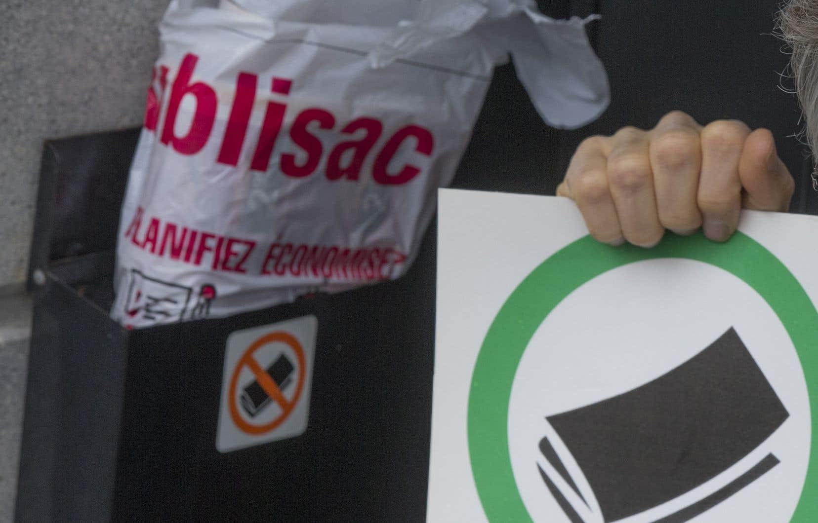 En mars dernier, un citoyen avait lancé une pétition en ligne pour demander que Montréal adopte une réglementation afin de limiter la distribution des circulaires.