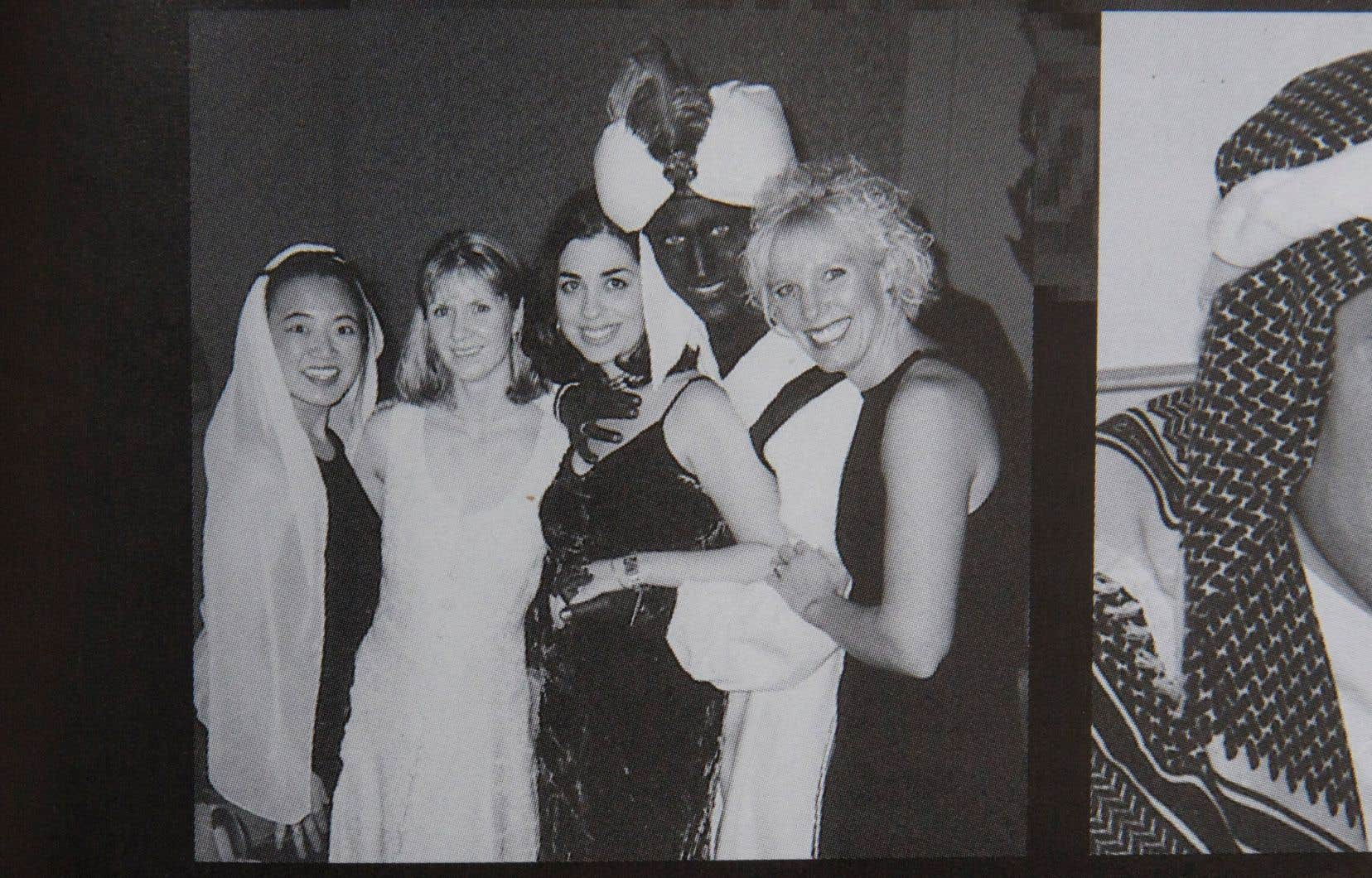 La photo montre M.Trudeau vêtu d'un turban et d'une robe, avec un maquillage sombre sur les mains, le visage et le cou.
