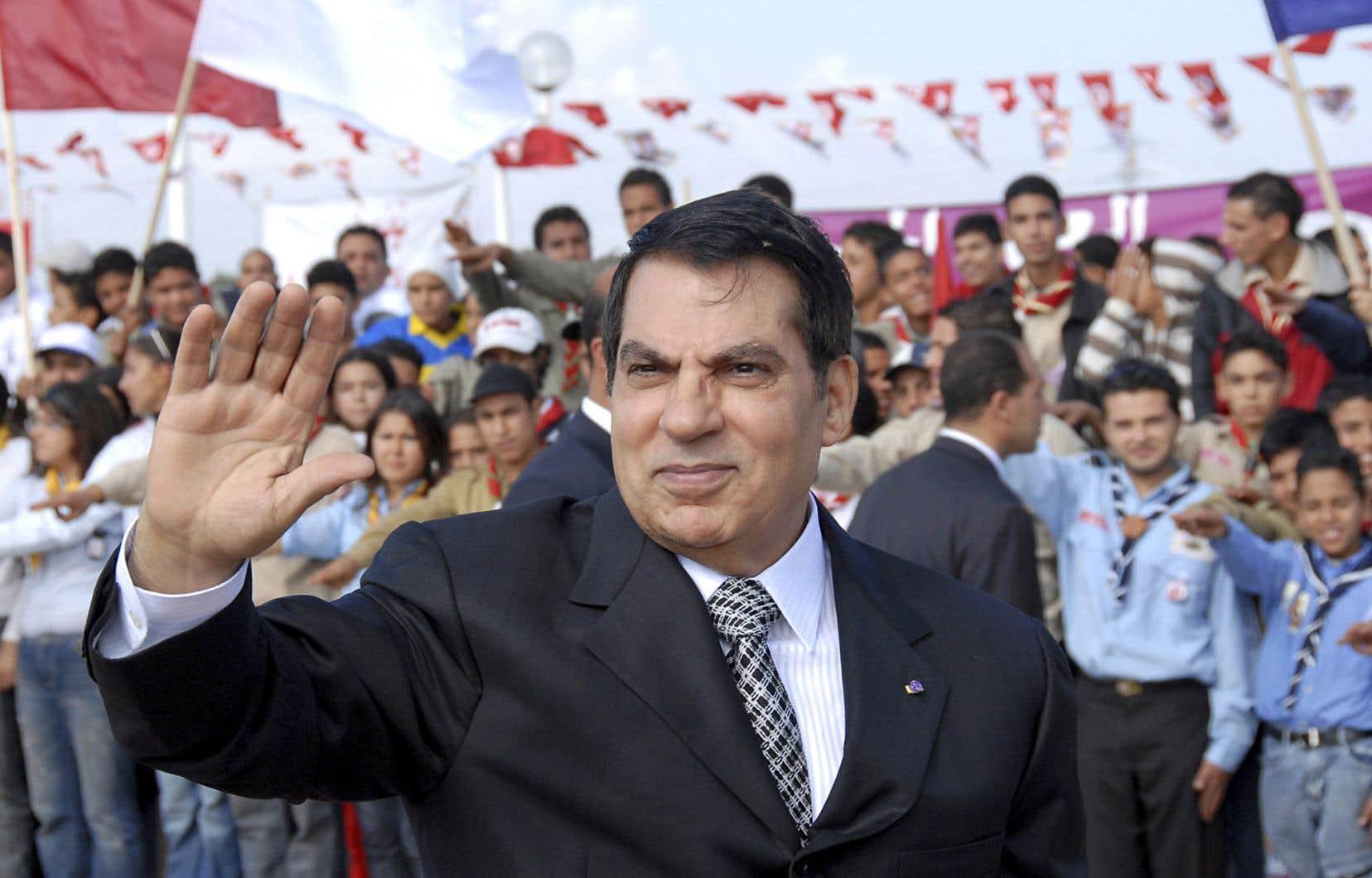 Zine el-Abidine Ben Ali salue ses partisans, en novembre 2007, à Tunis, à l'occasion de célébrations marquant le 20e anniversaire de sa présidence.