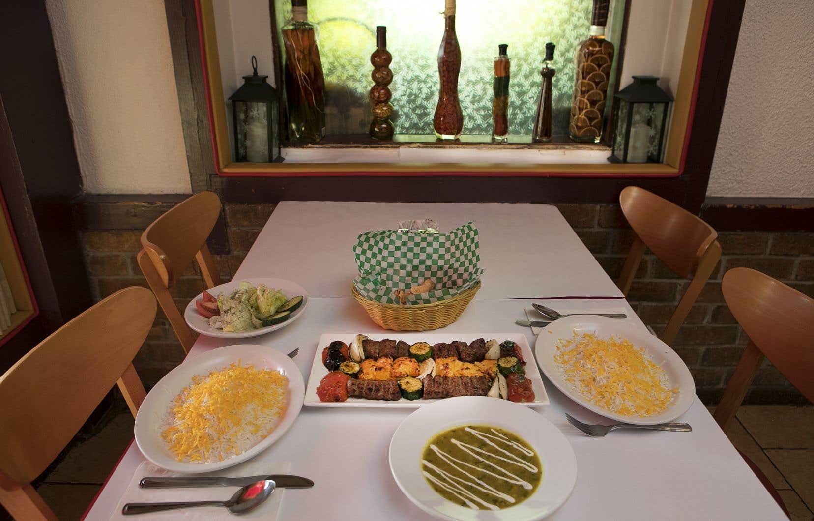 Il s'agit ici d'une bonne table, très iranienne dans le bon sens du terme. On peut déguster  chez ce Quartier perse la plupart  des classiques de la cuisine de ce beau grand pays plusieurs fois millénaire,  et les assiettes sont préparées ici comme  elles le sont par les meilleures cuisinières  de Téhéran, d'Ispahan  ou de Chiraz.