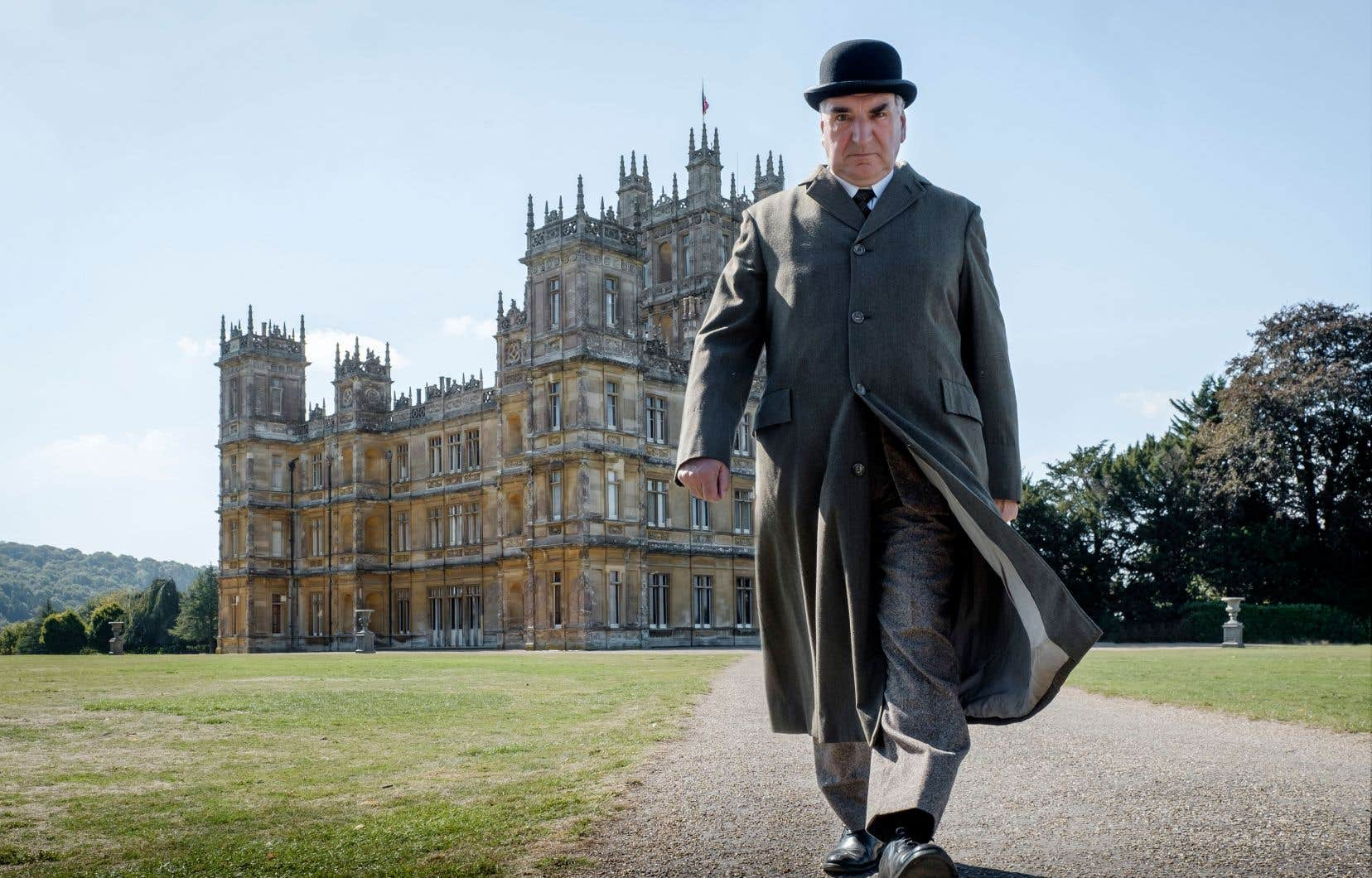 En trame de fond à ce passage au grand écran, le roi George V et la reine Mary s'amènent dîner chez les Grantham. Sur la photo: Jim Carter alias Mr Carson.