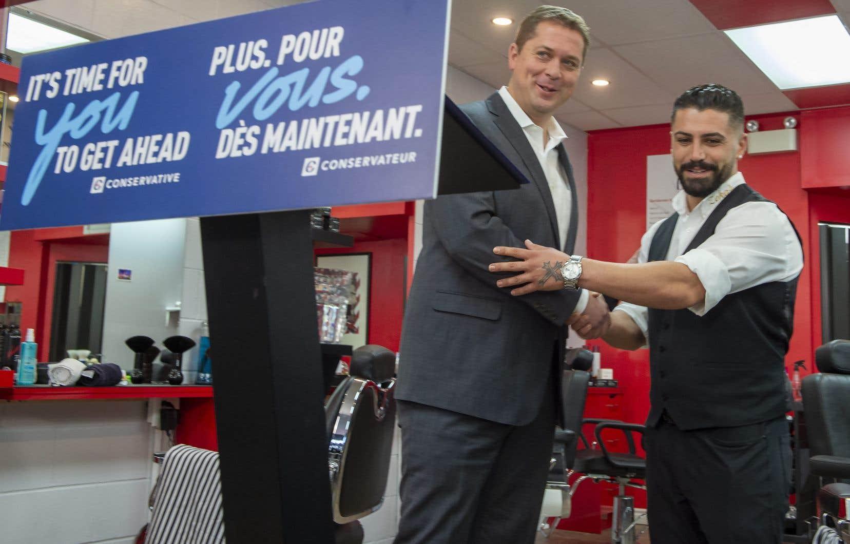 Andrew Scheer (à gauche), qui a dit cette semaine qu'un gouvernement conservateur viserait rien de moins qu'un «coût de la vie plus stable».