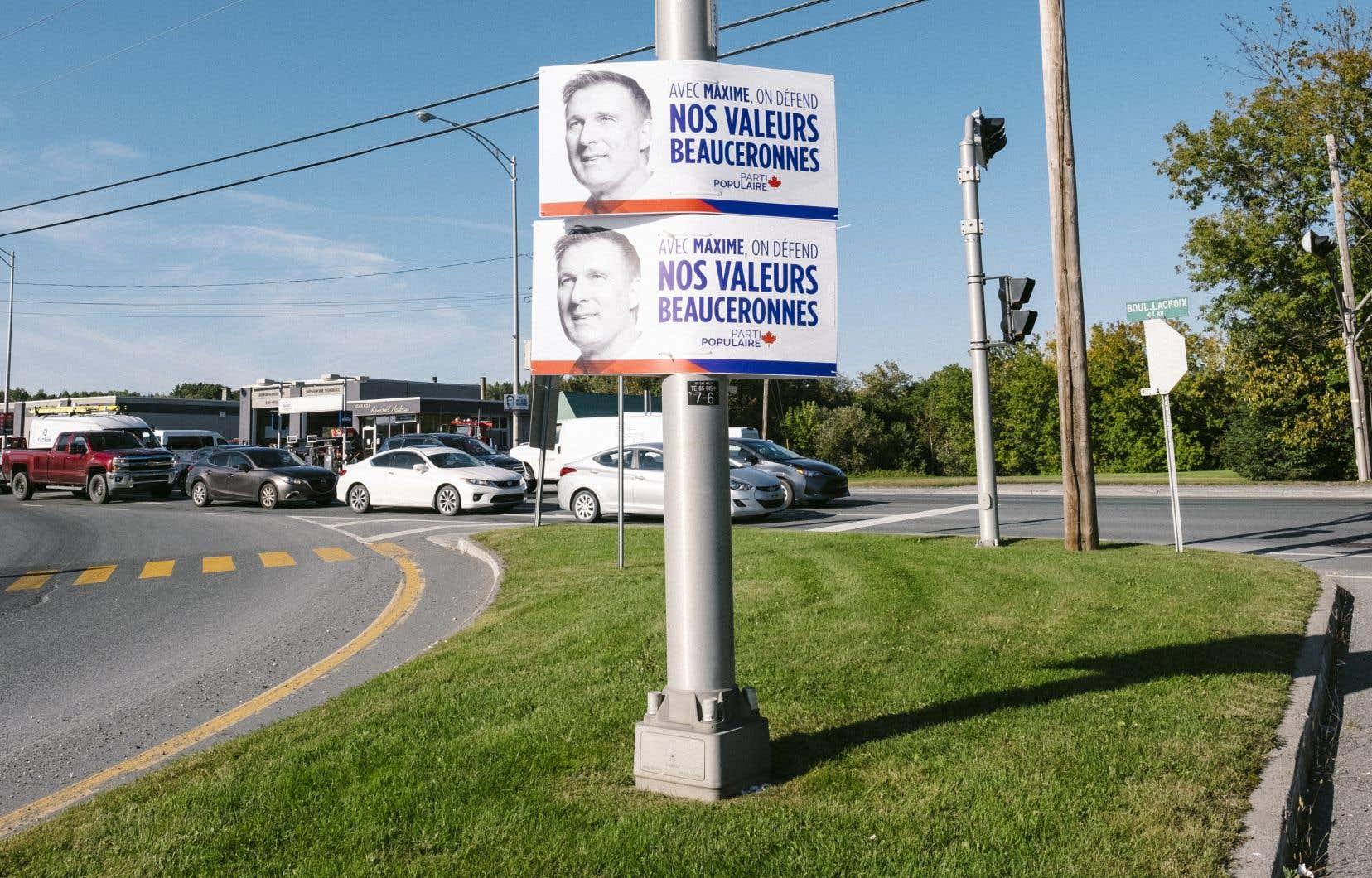 Sans «jingle», Maxime Bernier multiplie les pancartes.