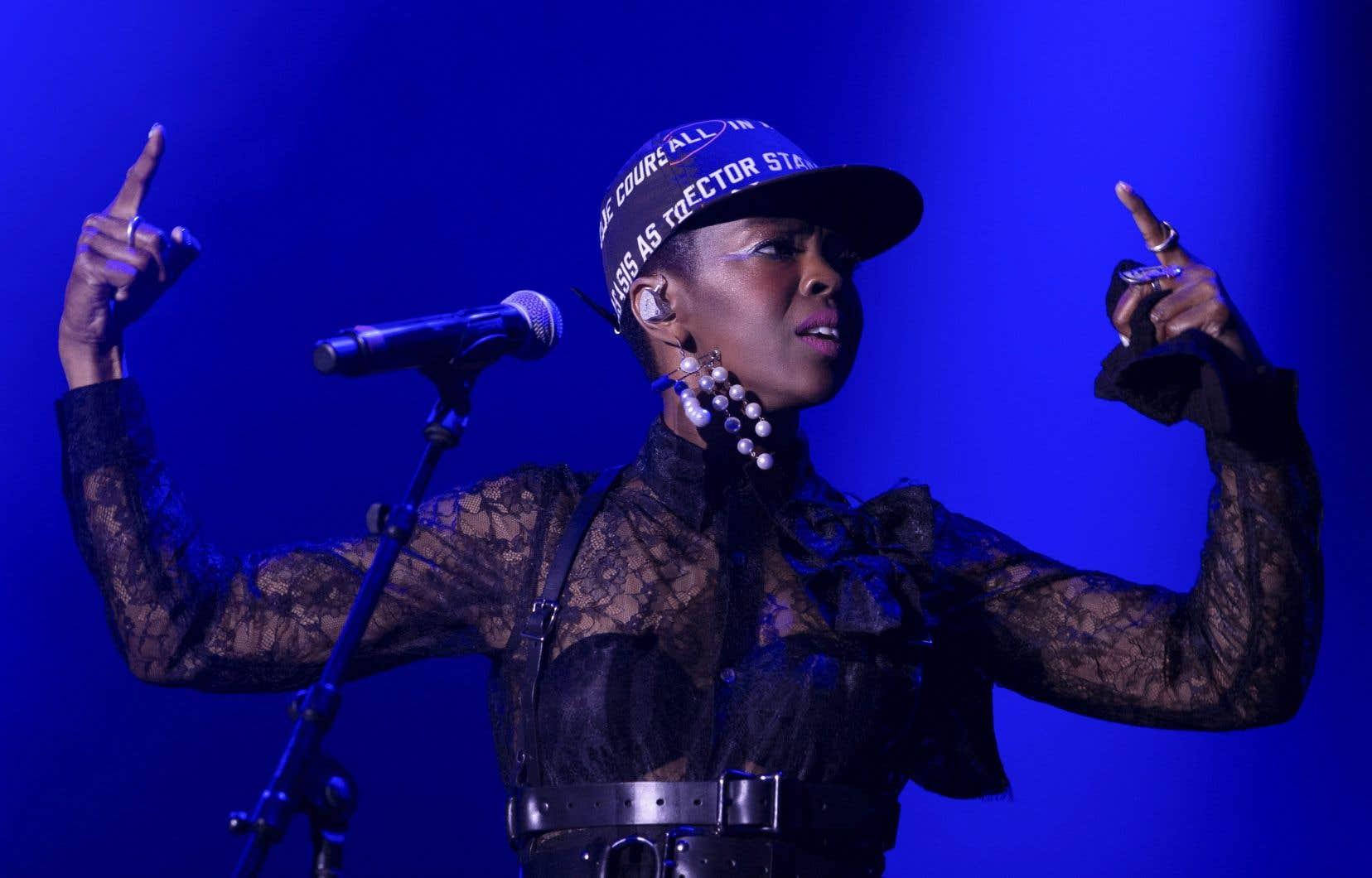 Lauryn Hill gesticulait comme toujours, commandant son orchestre à la manière de James Brown, mais avec l'air agacée.